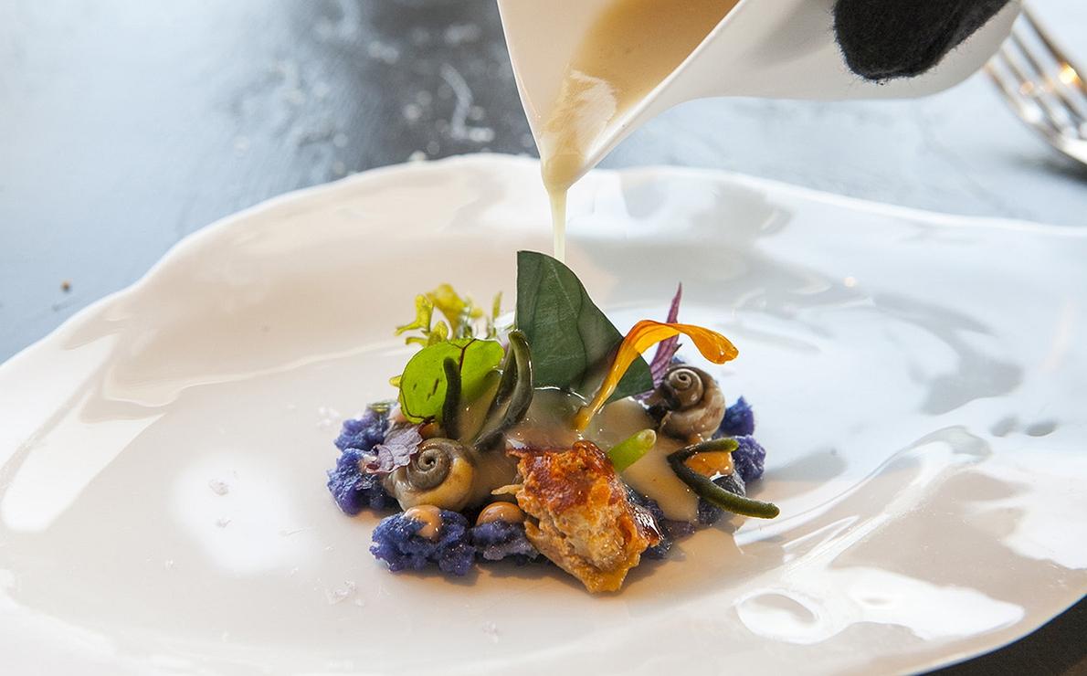 Masera o buey de mar, centollo y bígaros con hierbas del litoral, del restaurante 'Annua', en San Vicente de la Barquera (1 Sol Repsol).