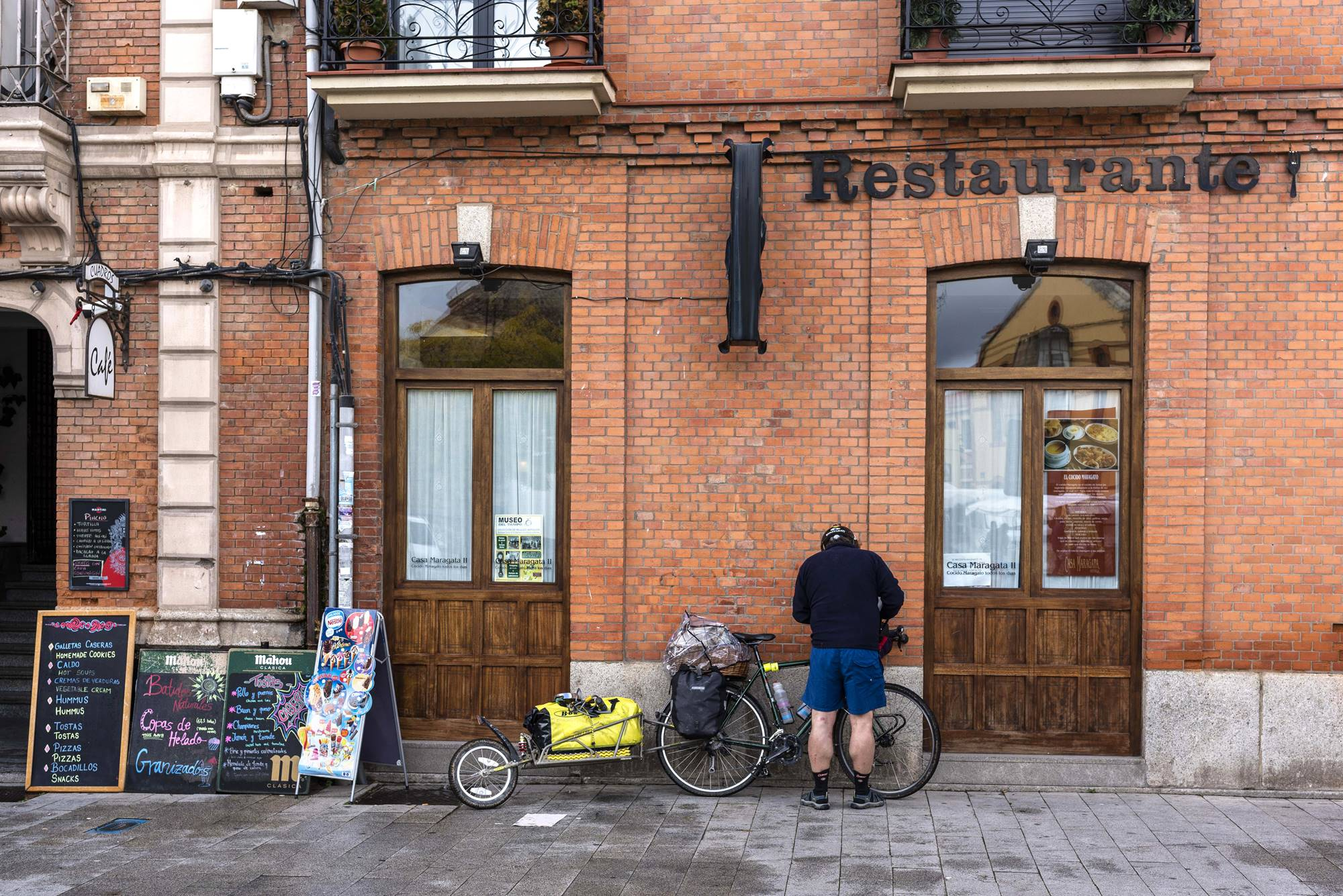 Un peregrino en bici, aparcando a la puerta de 'Casa Maragata'.