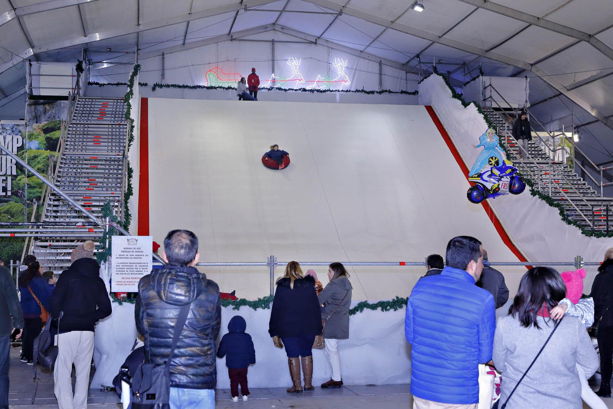 El tobogán de hielo mide 30 metros de altura.