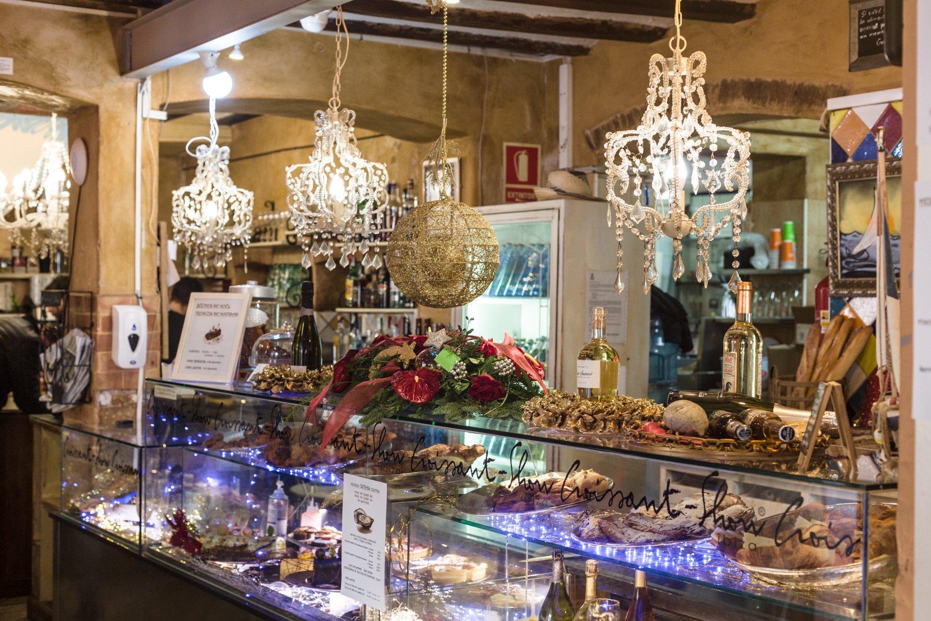Bollería artesanal, tartas caseras, sándwiches y quiches... pero, sobre todo, cruasanes elaborados en el obrador de esta pastelería.
