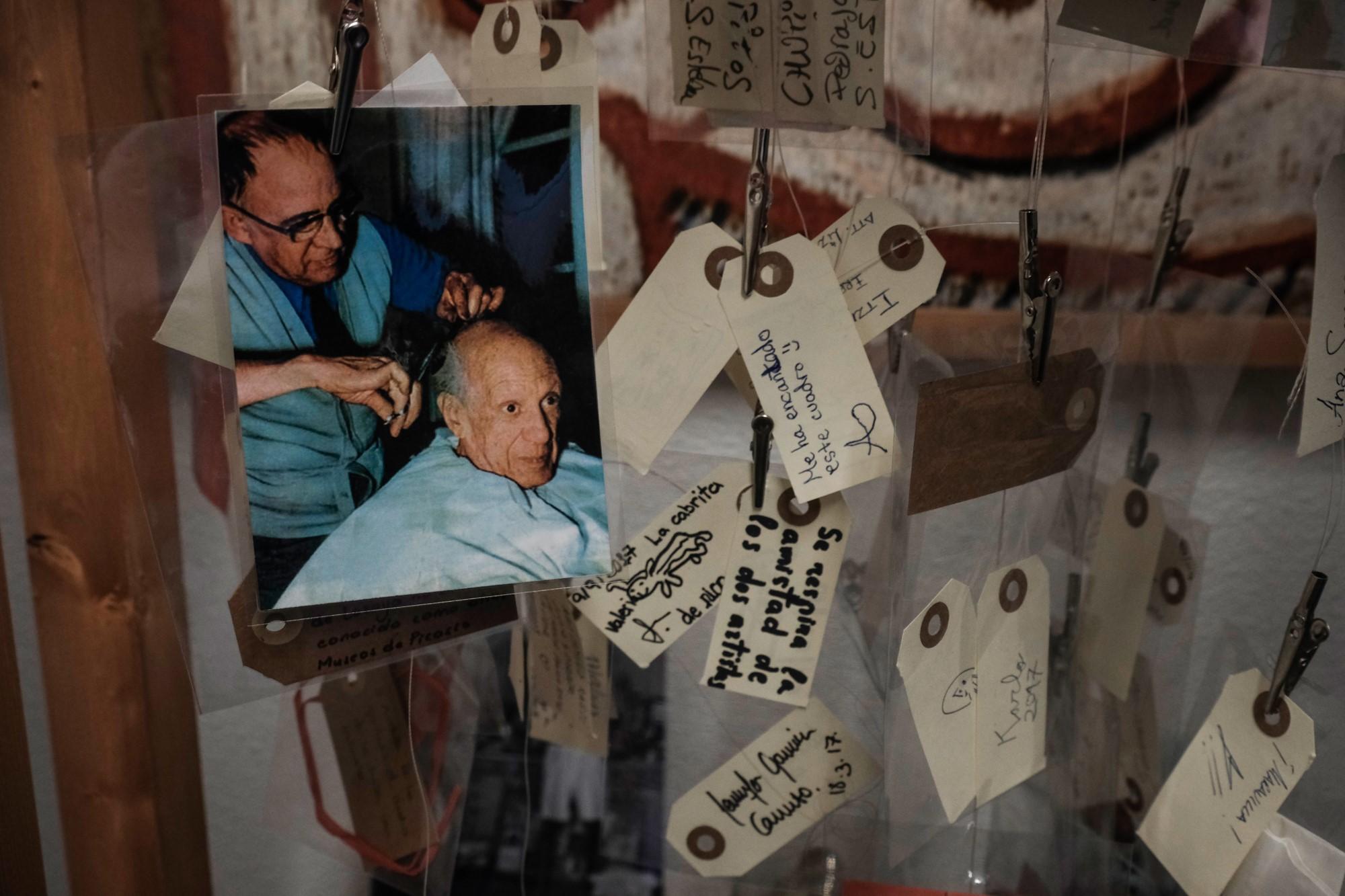 La foto de Picasso con su querido peluquero, uno de los detalles que podemos ver en el museo dedicado al artista.