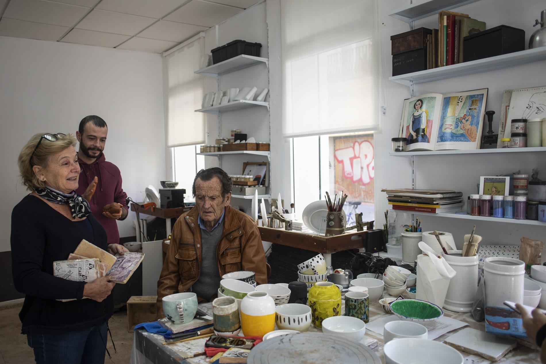 Mónica con su hijo y su padre, más de un siglo de negocio familiar.