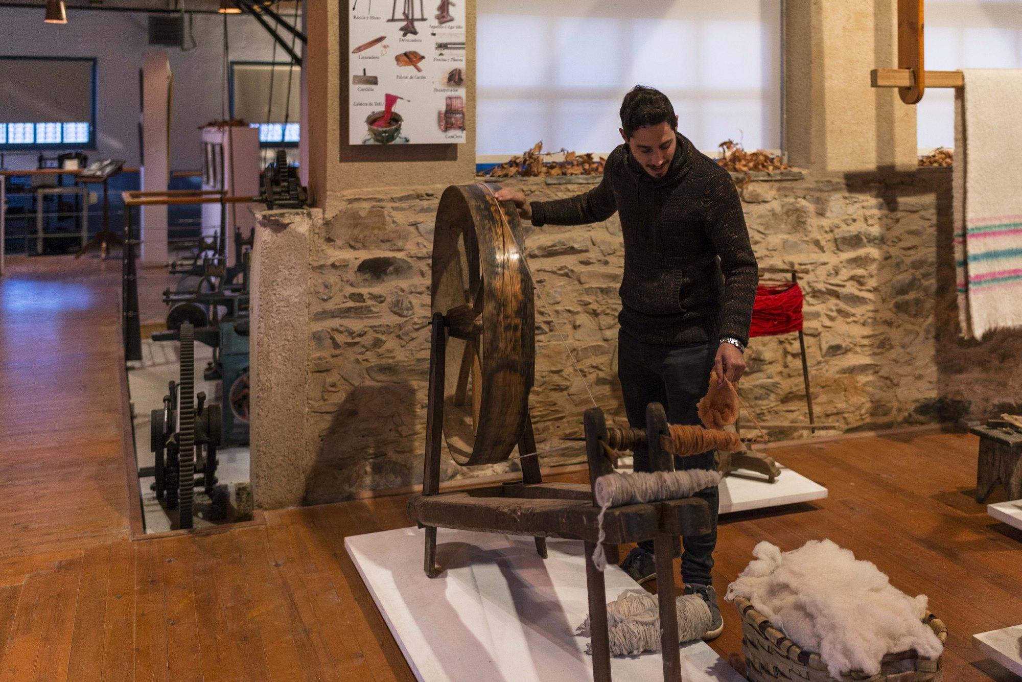 El Museo Textil con Javier, el tamborilero universitario enamorado de su pueblo.
