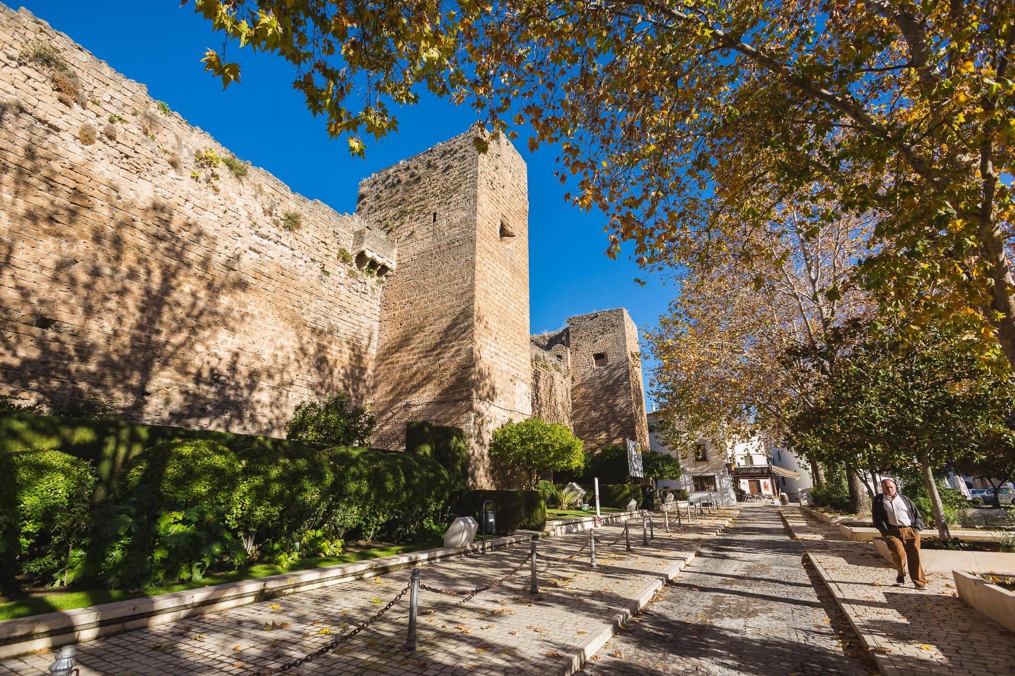 El castillo de la localidad es historia viva de las diferentes culturas que han pasado por la península.