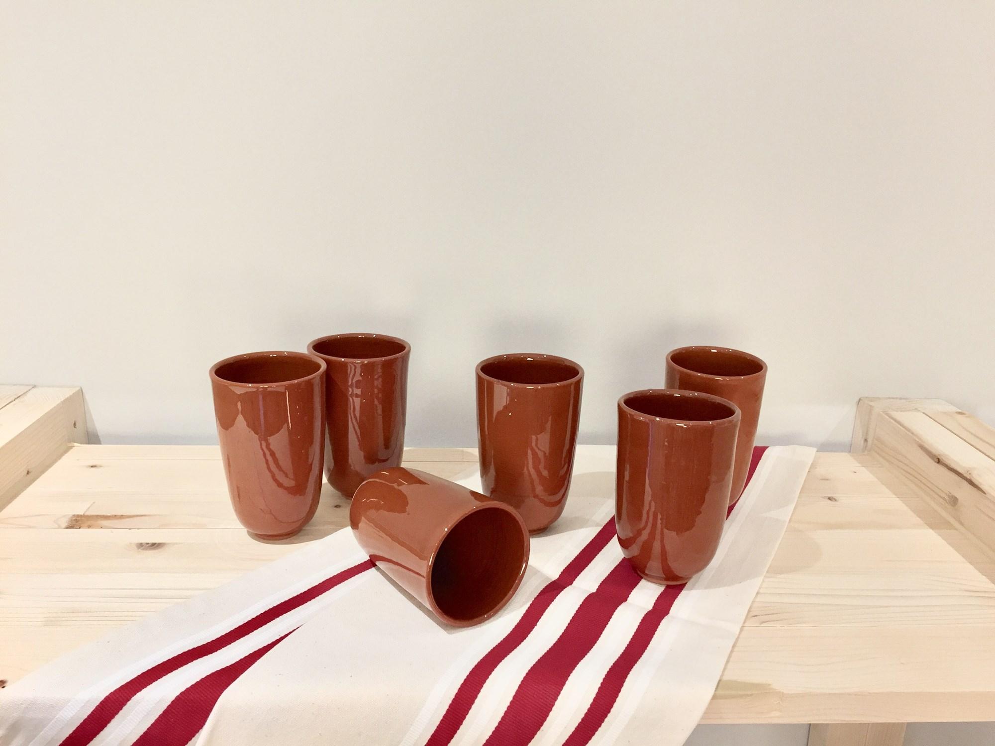 Contra la producción en cadena: vasos de barro de alfareros artesanos conquenses. Foto: Hijo de Epigmenio.