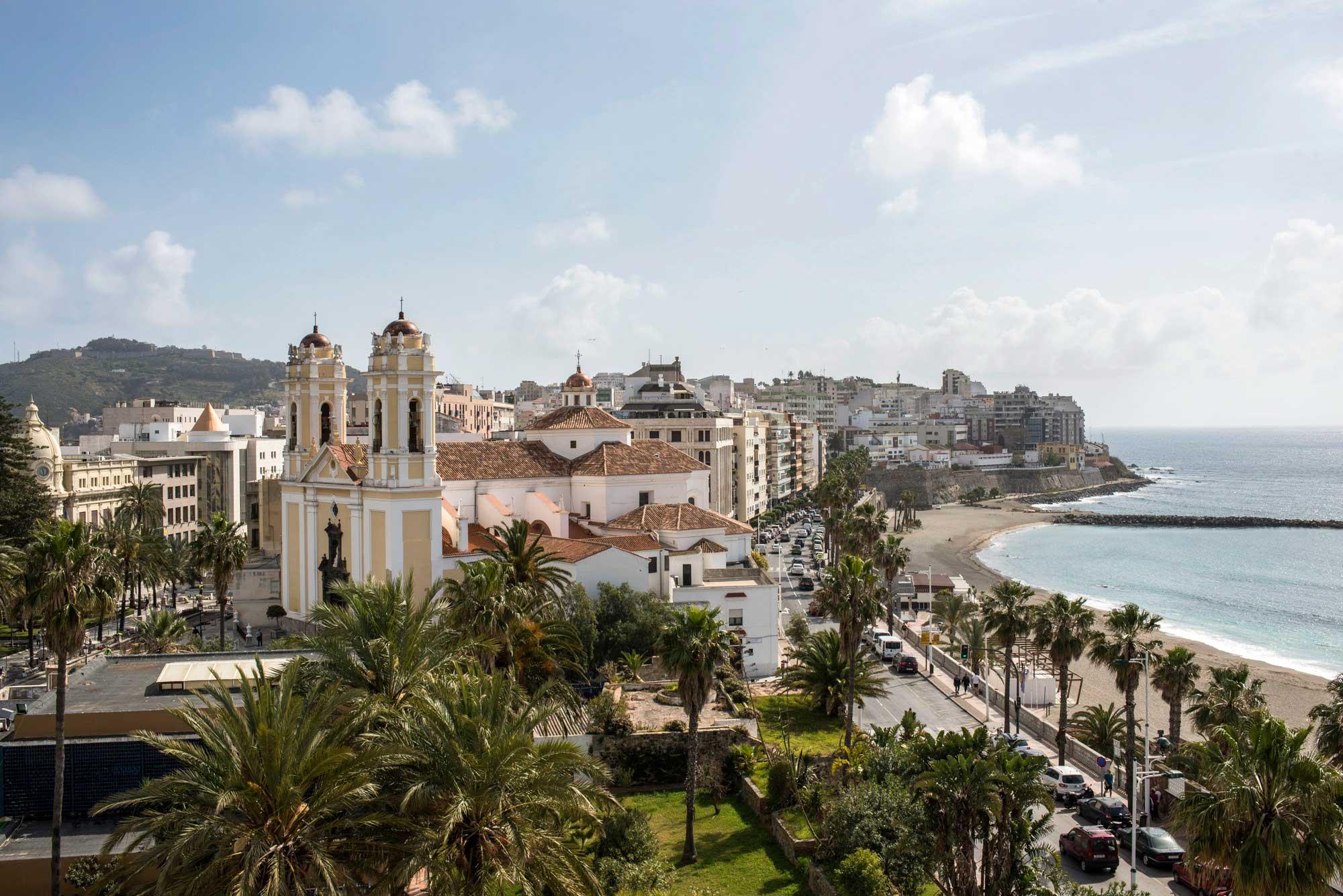 La Plaza de África de Ceuta, con el mar a la derecha.