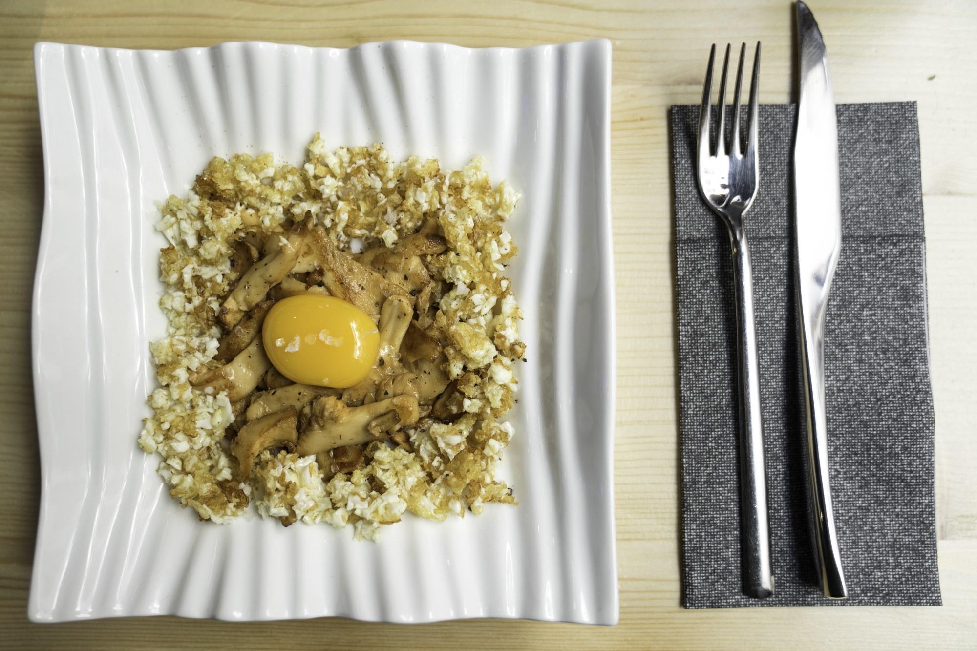 Lengua de vaca con yema de huevo de corral y su puntilla.