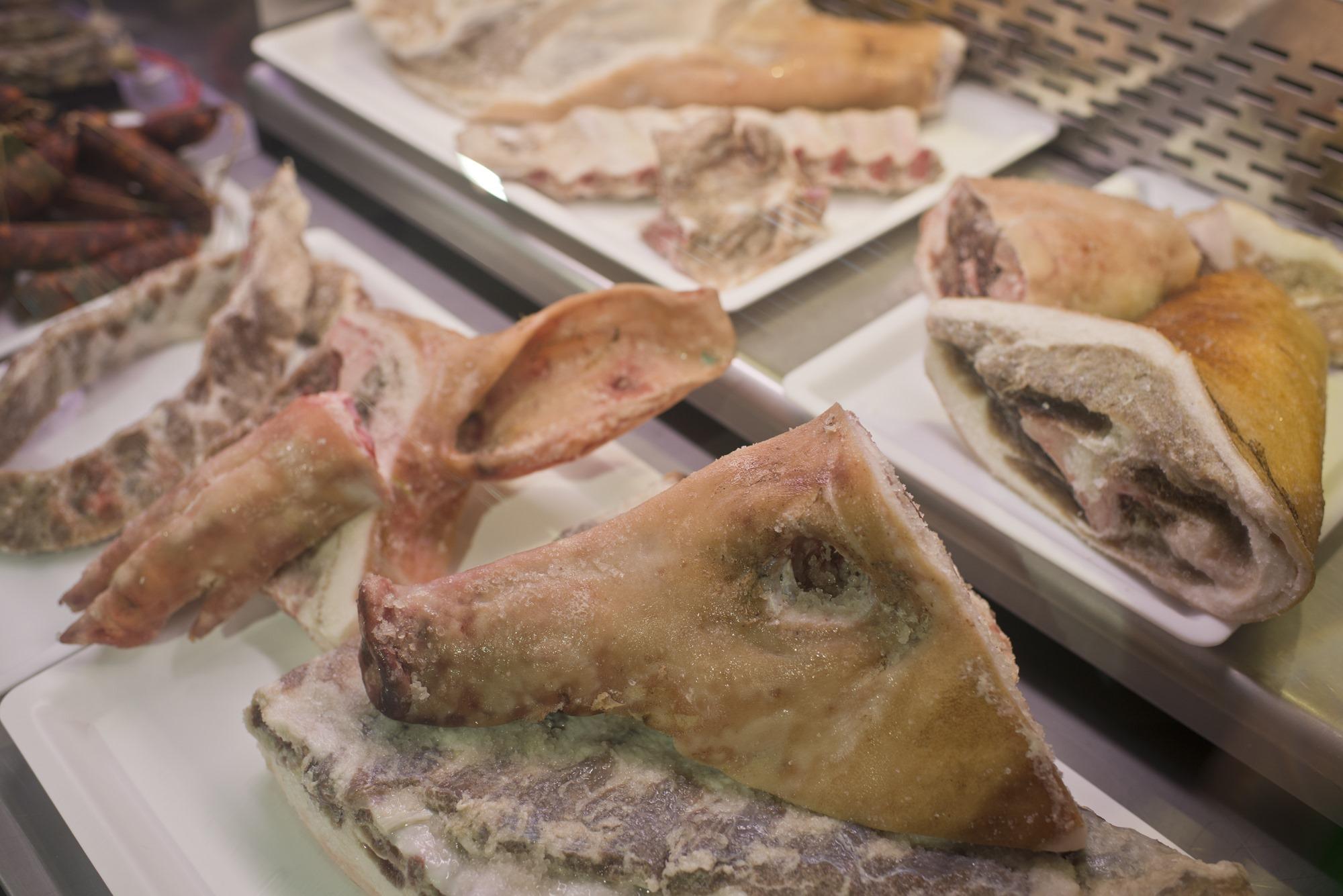 Careta de cerdo salada para el cocido gallego.
