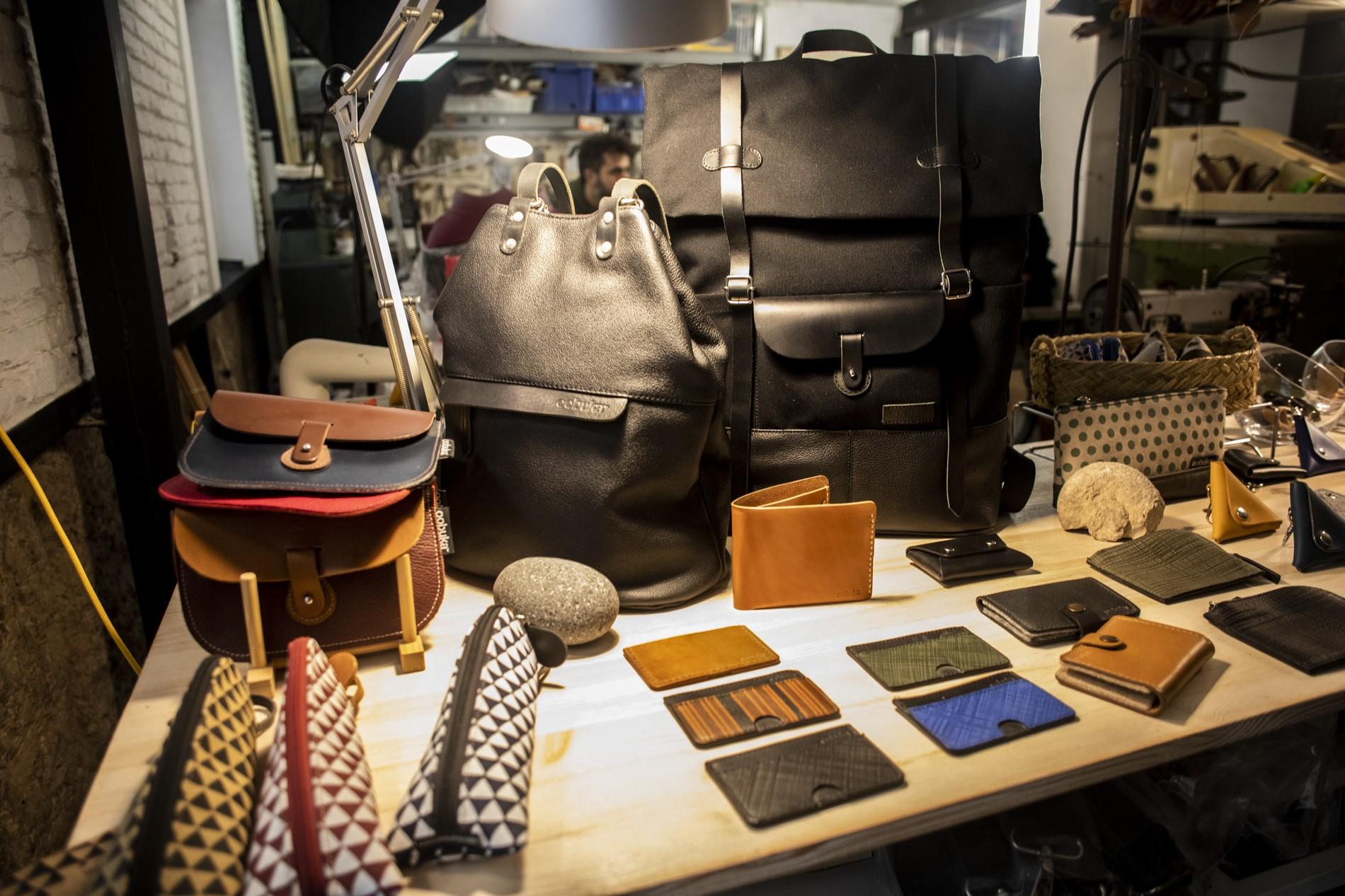 Bolsos, carteras, estuche para lápices... todo con un diseño vanguardista hecho a mano.