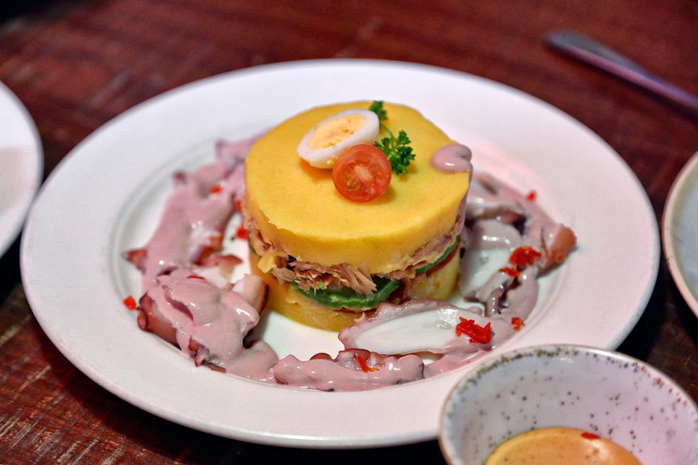 La causa limeña es una especie de ensalada de patata y en 'Plaza Perú' la preparan muy buena. Foto: Roberto Ranero.