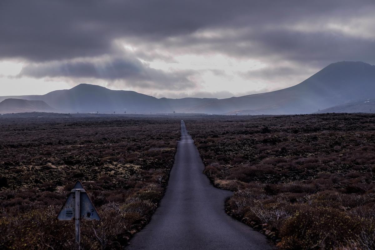 Una carretera para perderse en la isla de los volcanes, Lanzarote. Foto: Hugo Palotto.