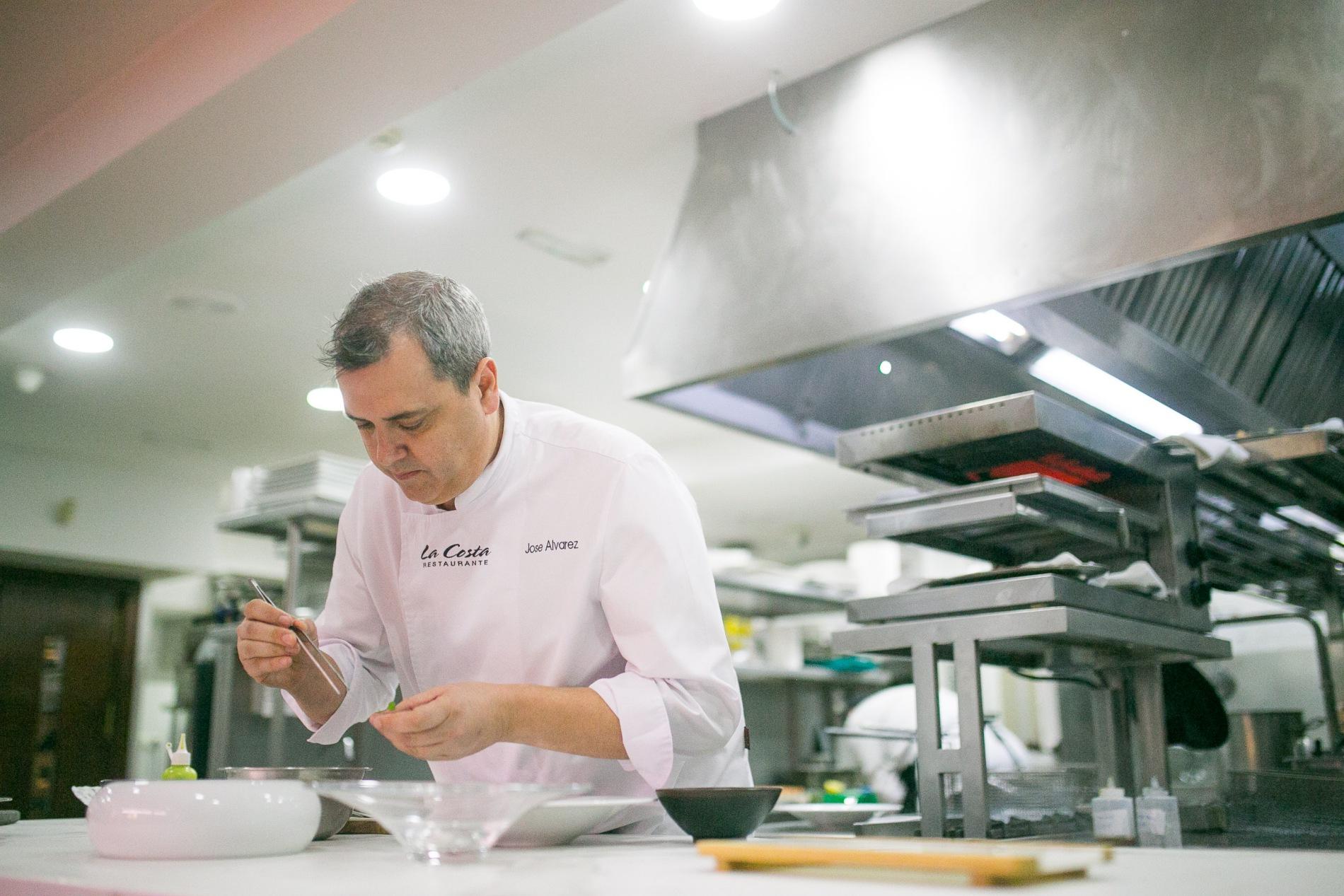 José Álvarez es todo un veterano en la cocina almeriense. Foto: Javier Lozano / Maquinaria Creativos.