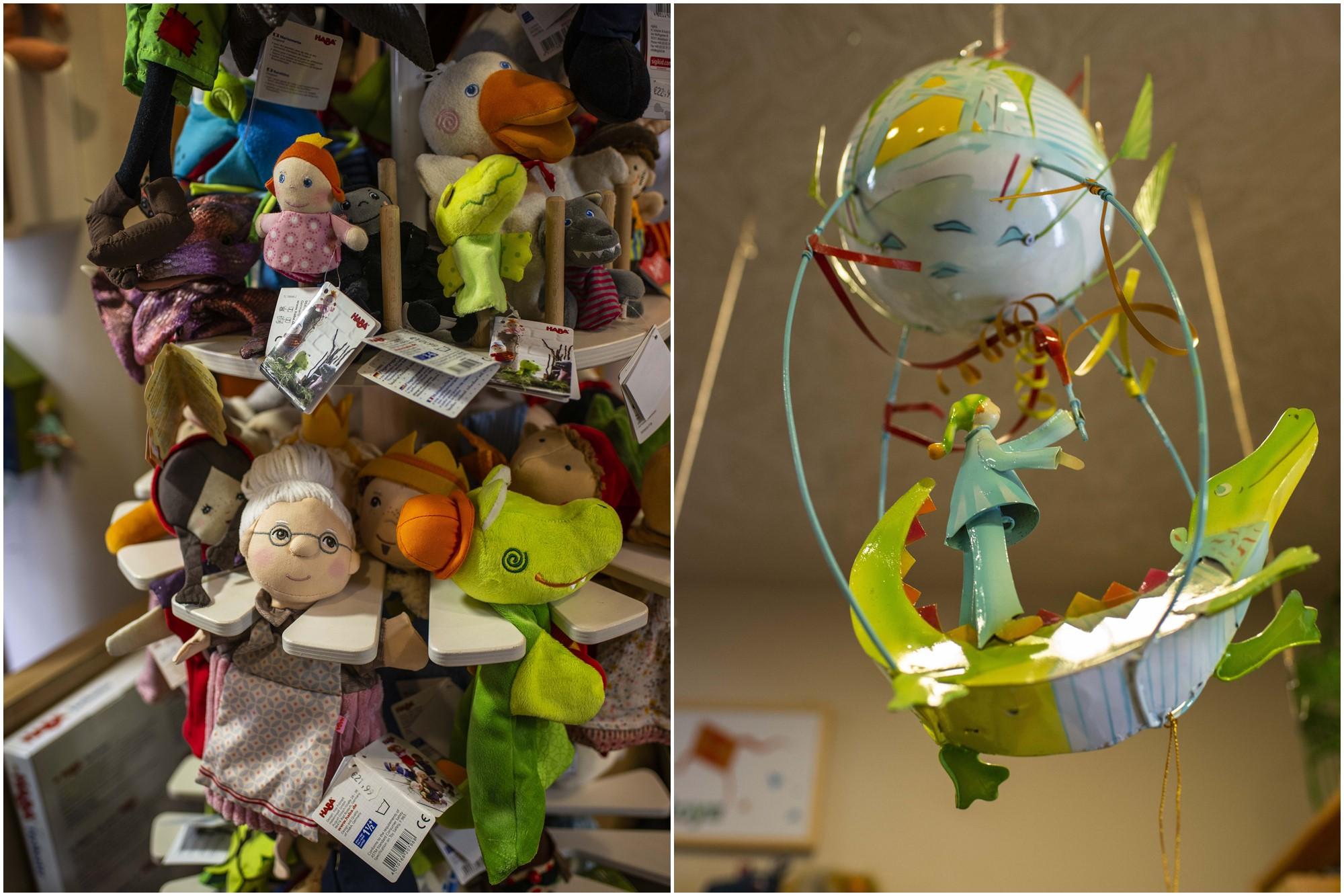 Motivos tradicionales tanto en marionetas como en móviles para el techo.