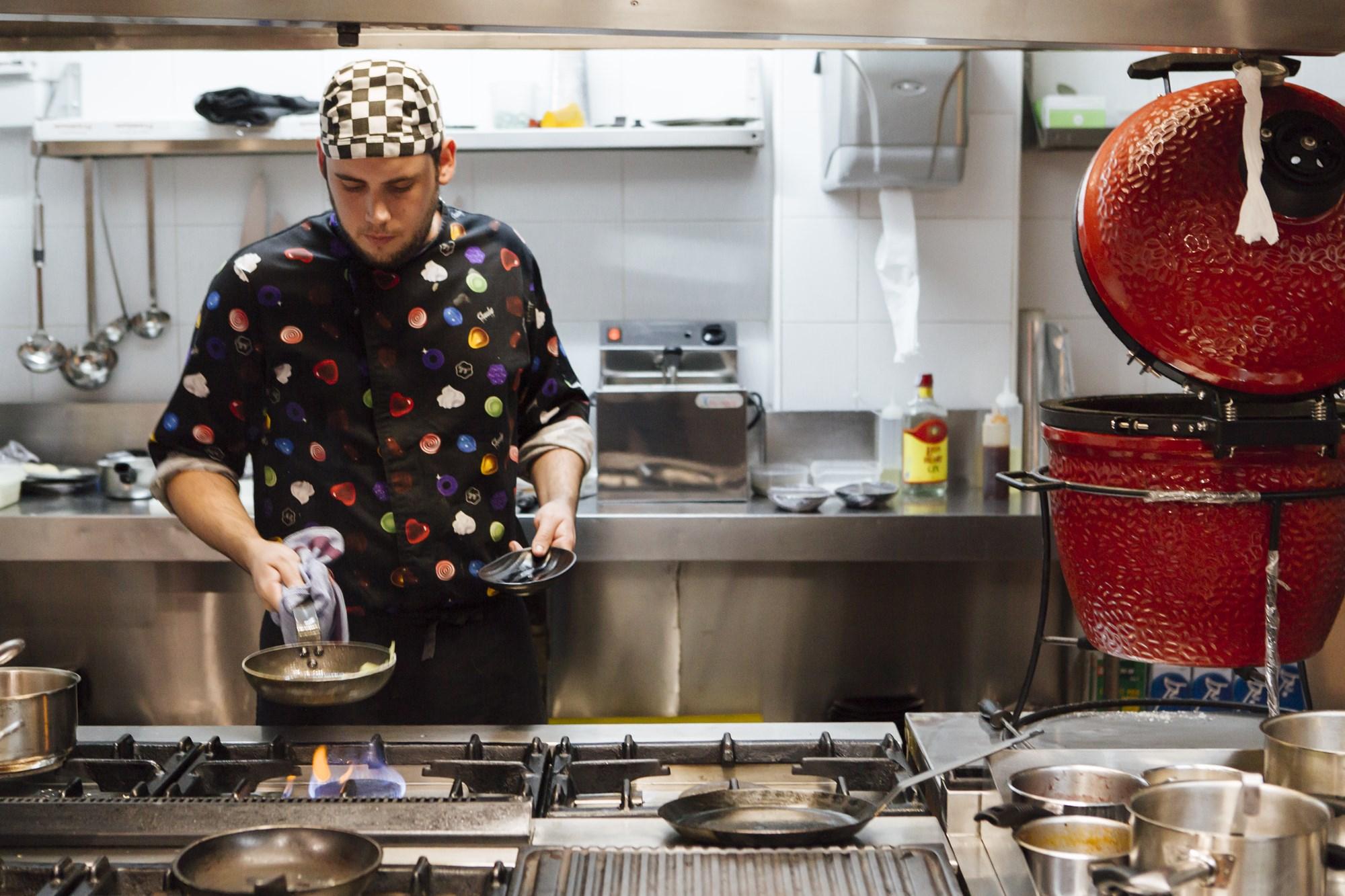 El horno 'kamado' preside la cocina.