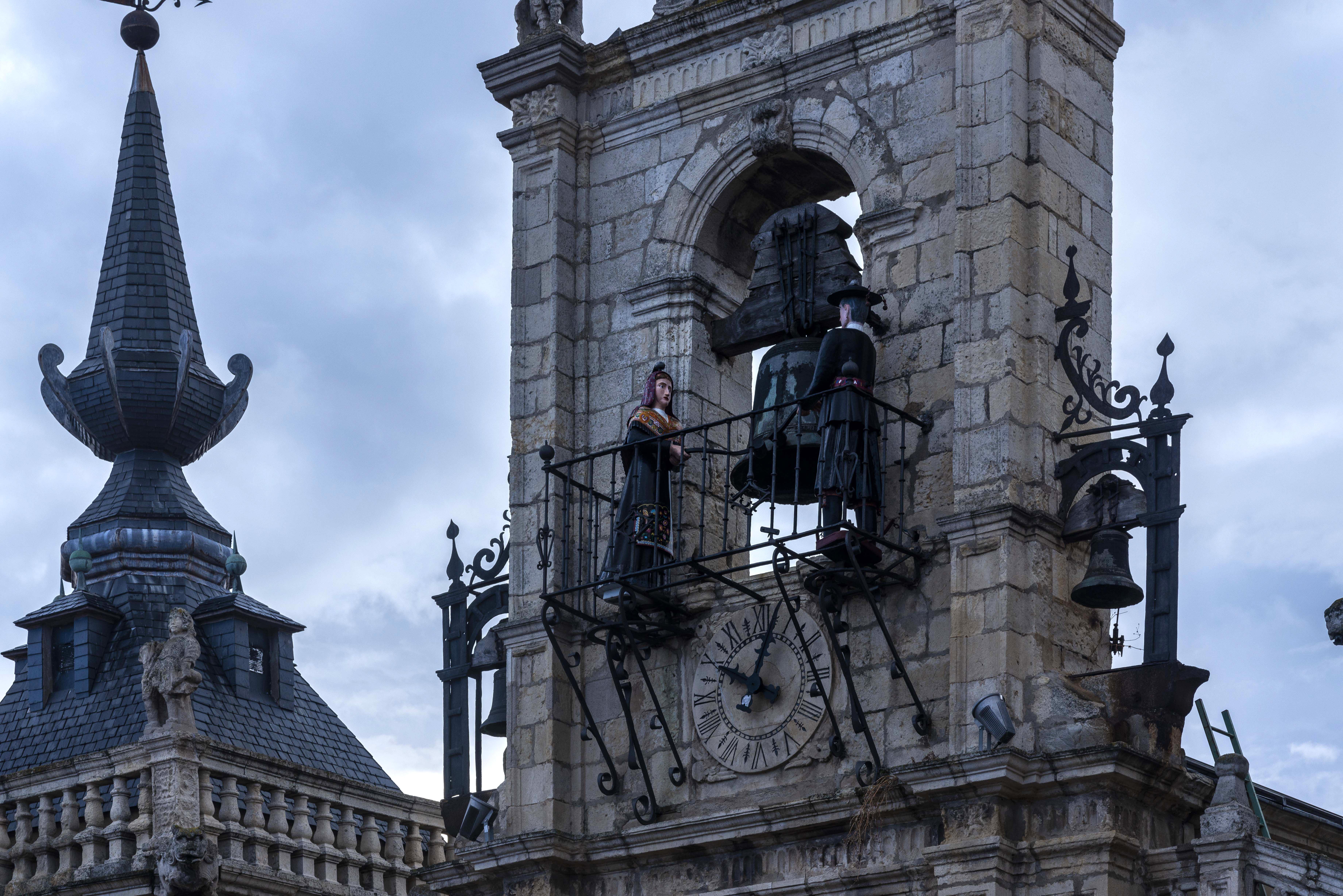 Los maragatos Juan Zancuda y Colasa sacuden la campana cada hora.