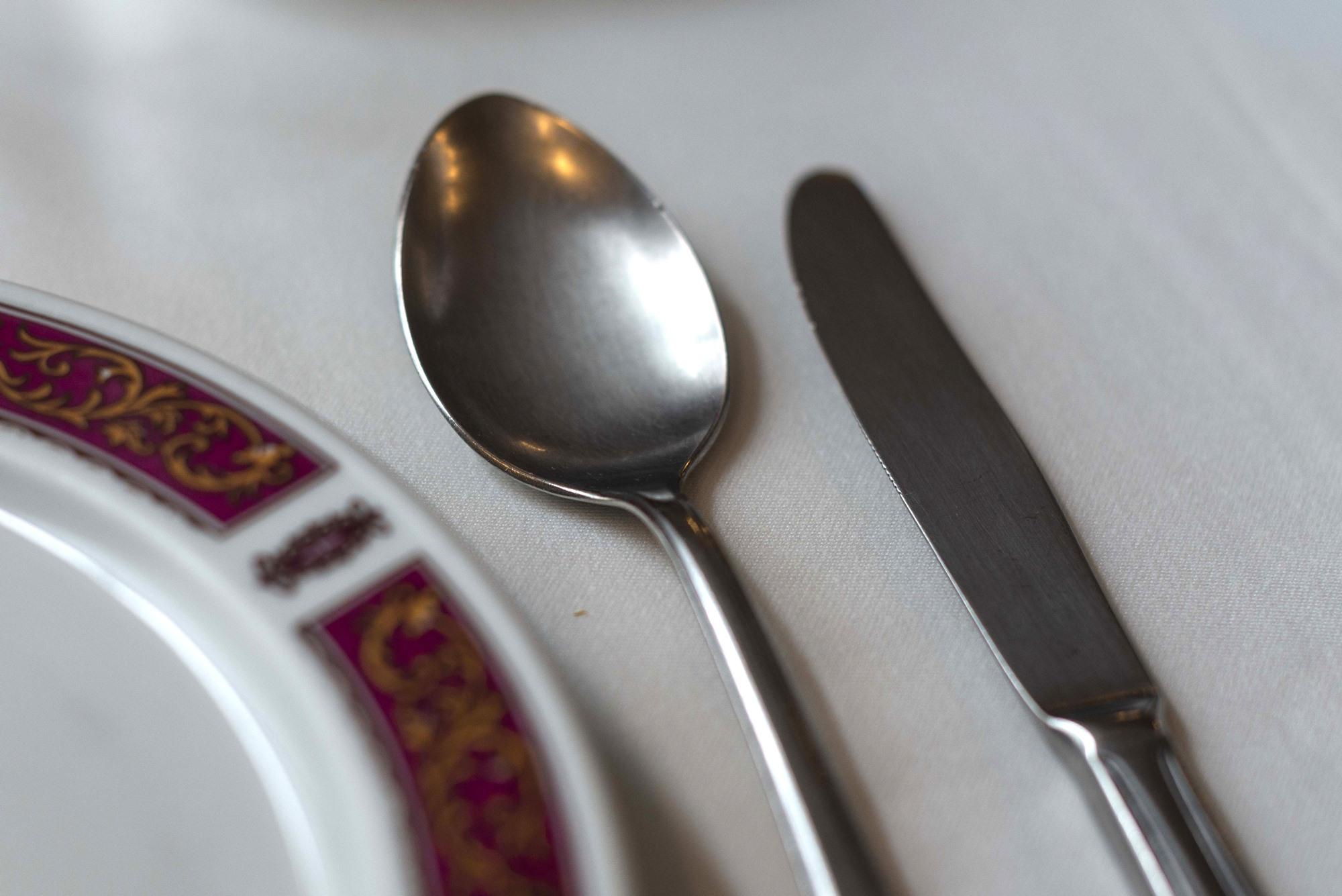 La cuchara por dentro del cuchillo, porque la sopa es lo último.
