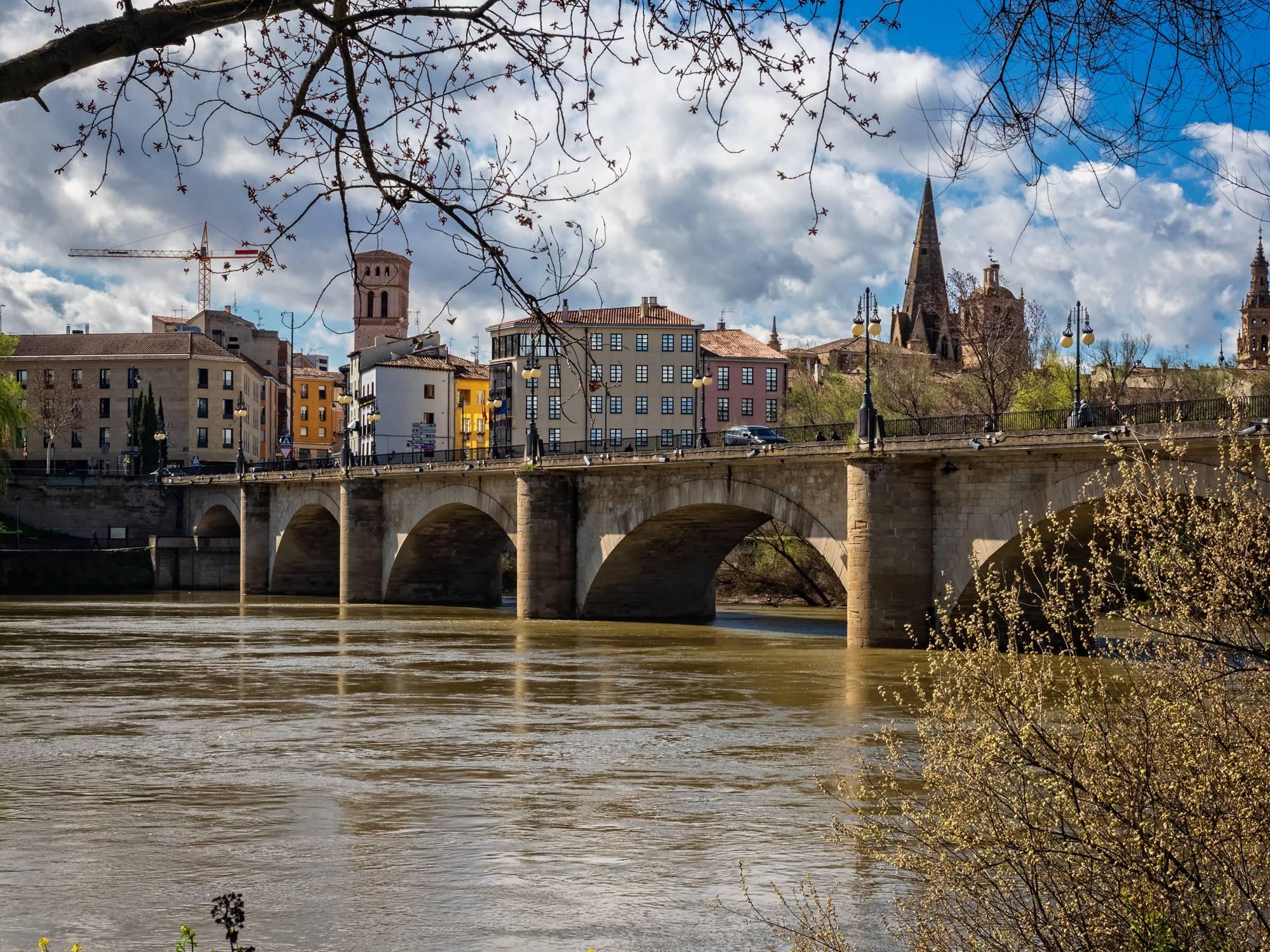 El puente de Piedra, que cruza el Ebro, ha sido históricamente recorrido de peregrinos del Camino de Santiago. Foto: Shutterstock