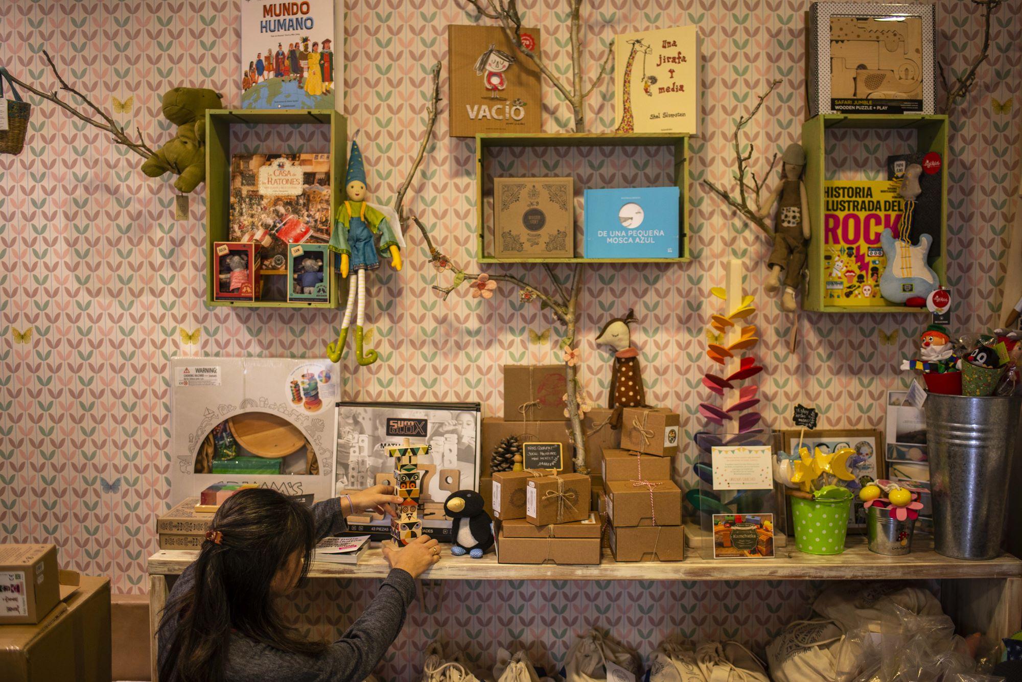 Libros, juegos de mesa y muñecos conforman la mayoría de la oferta de 'Kamchatka'.