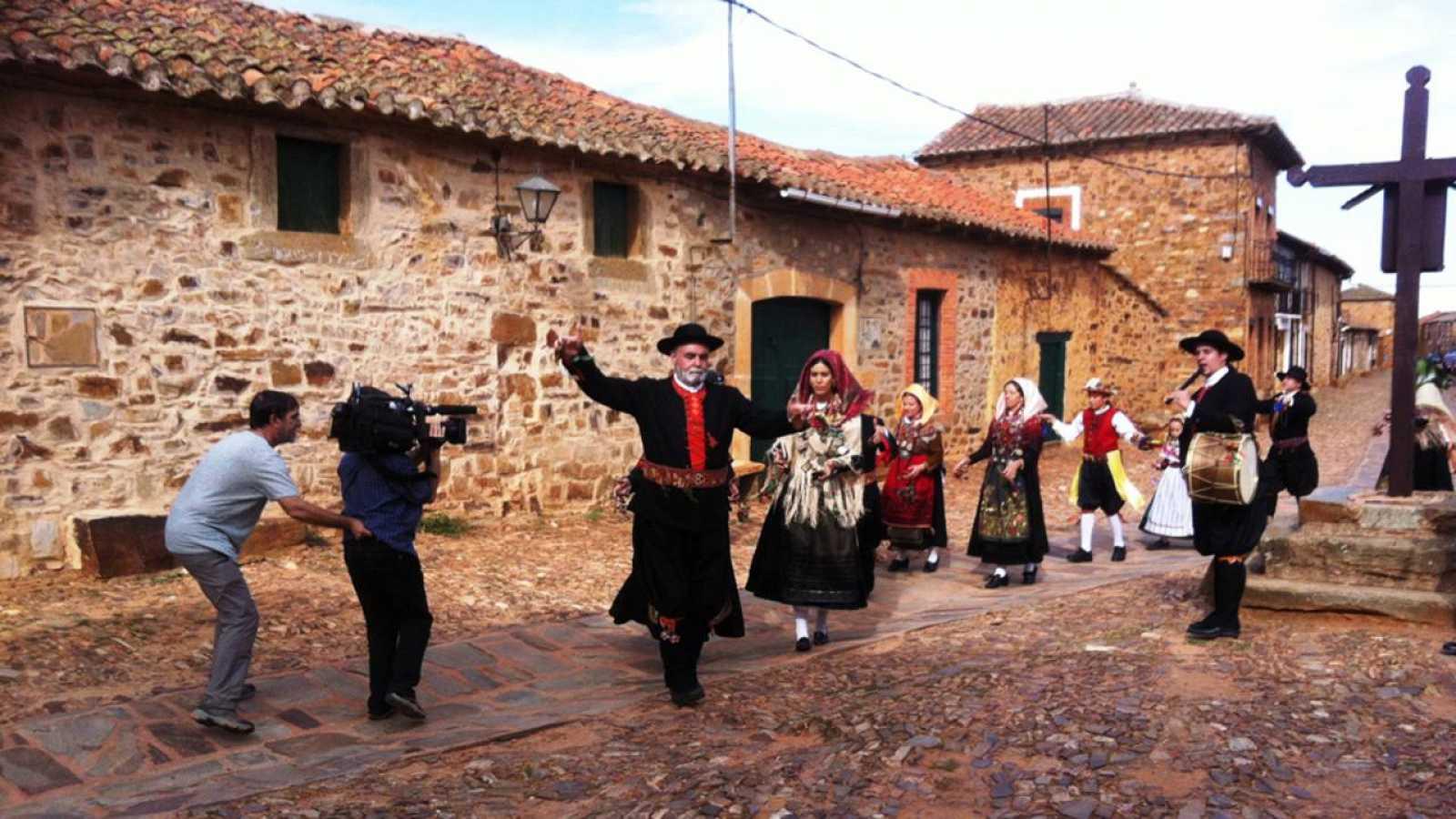Un maragato muestra su baile tradicional para los cámaras de 'La memoria de las piedras'. Foto: RTVE.