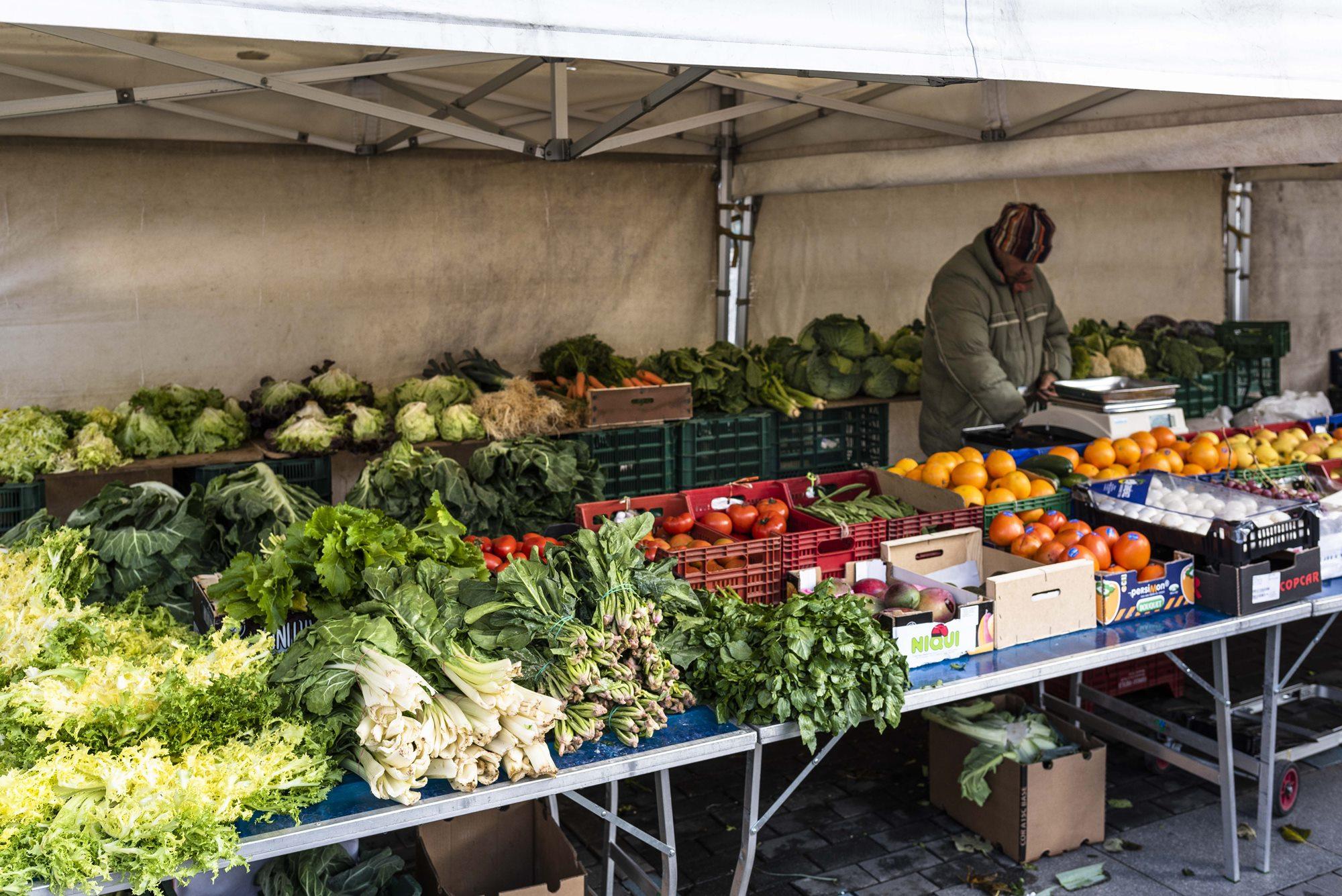 El mercado de los martes en la plaza ofrece las verduras necesarias.