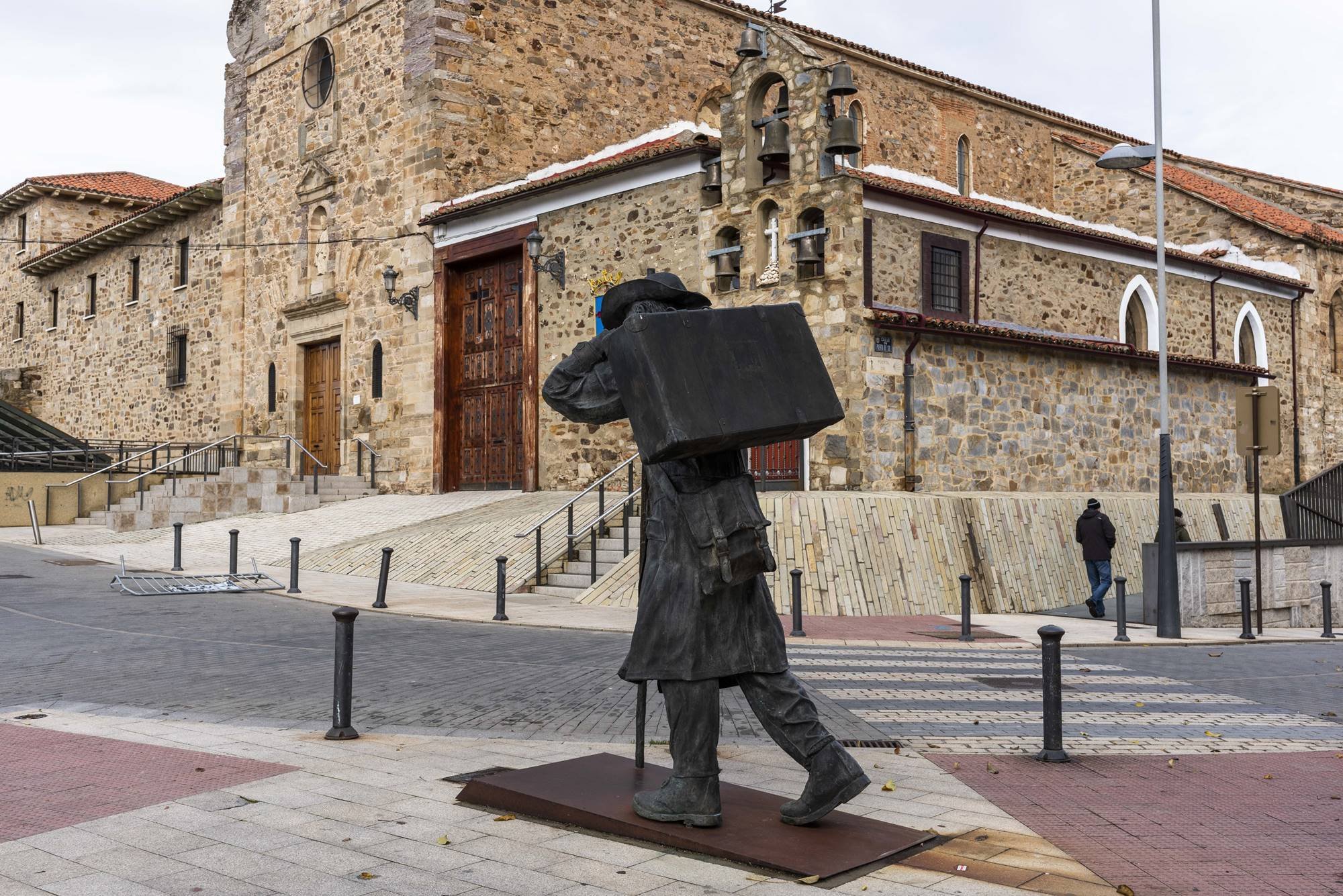 El peregrino que pasa por Astorga parte con la panza y la maleta llena.