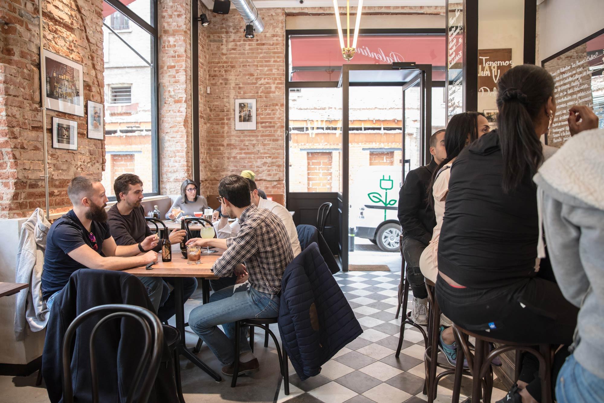 Ambiente del bar 'Palentino' en el barrio de Malasaña.