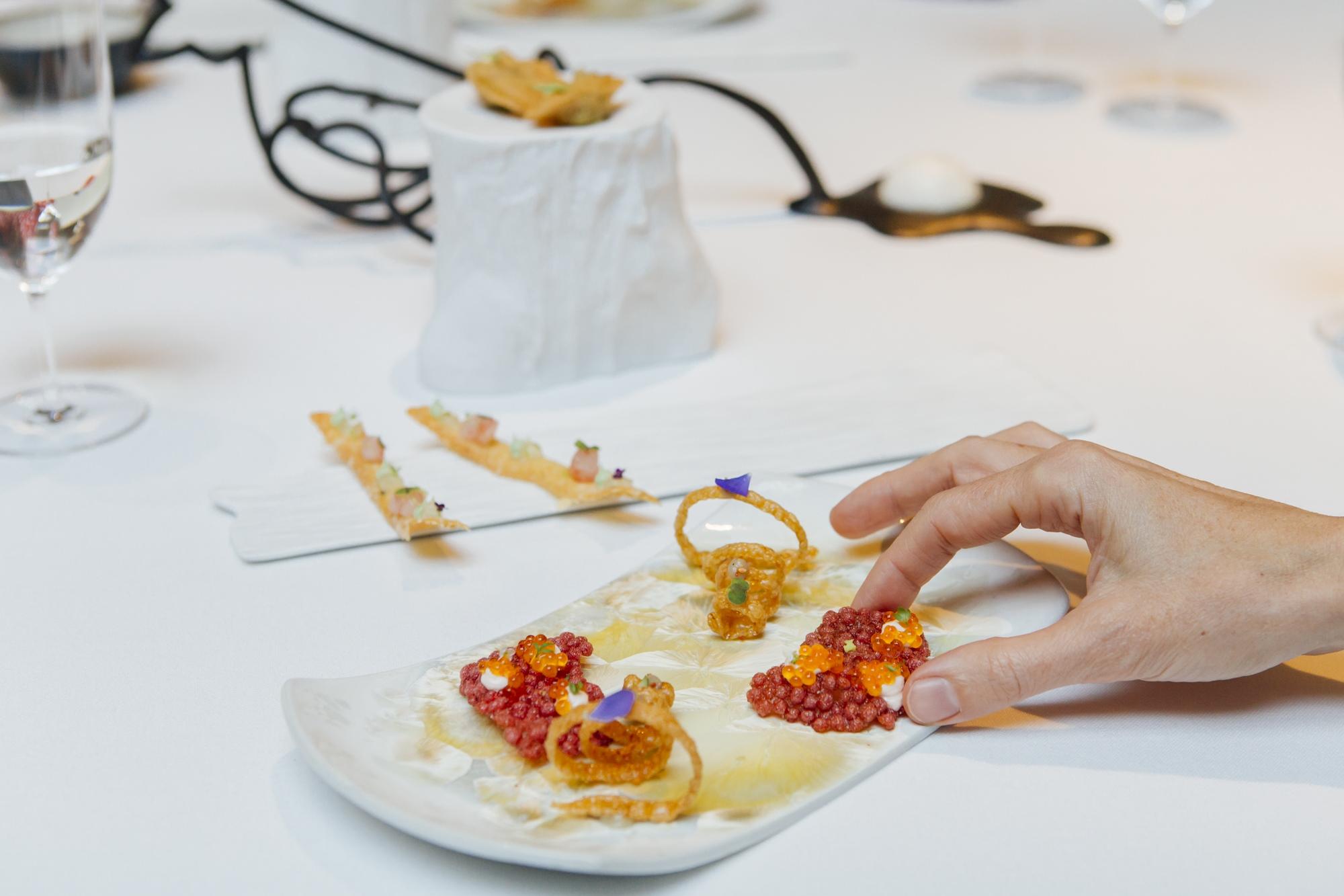 Los aperitivos son un preaviso del equilibrio de texturas y sabores del menú.