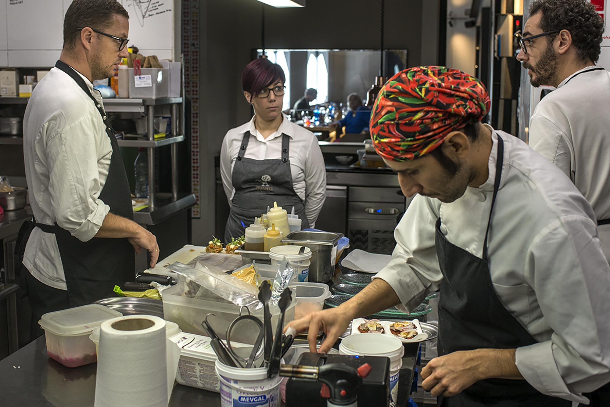 El equipo de 'Trasto' lo forman diez personas, cinco en cocina y cinco en sala.