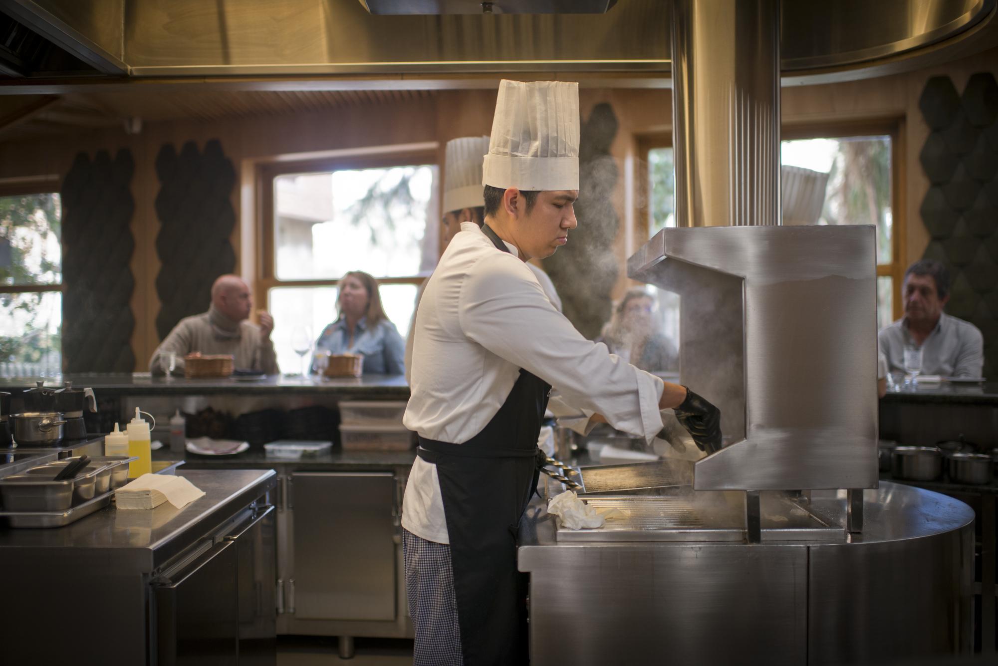 Dentro de la barra, hay un cocinero por cada seis comensales.