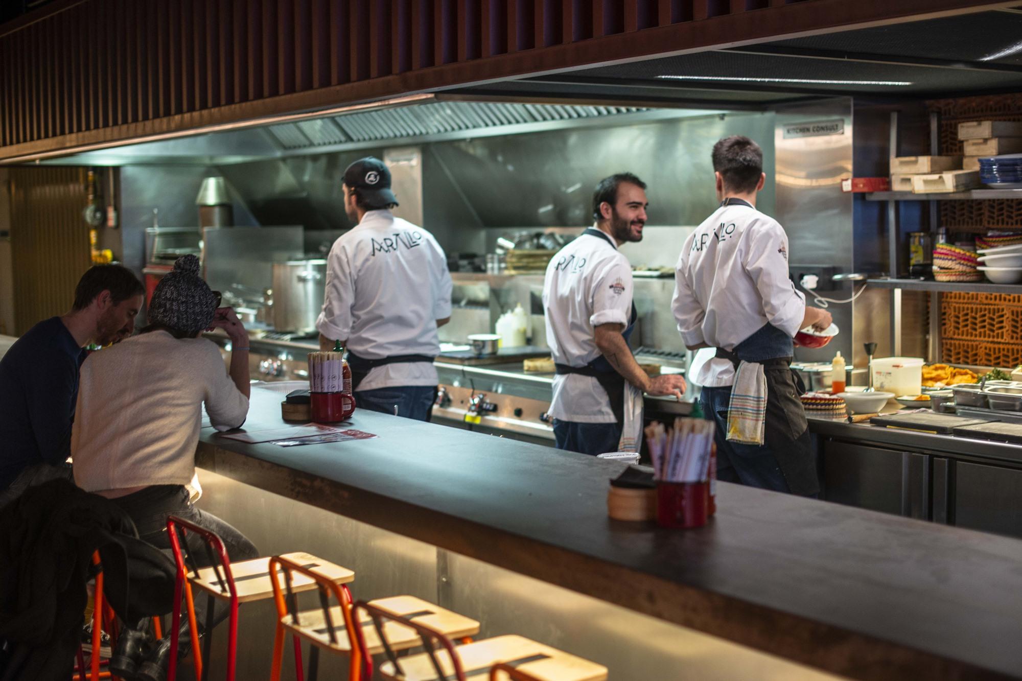Los comensales comparten barra con los cocineros-camareros.