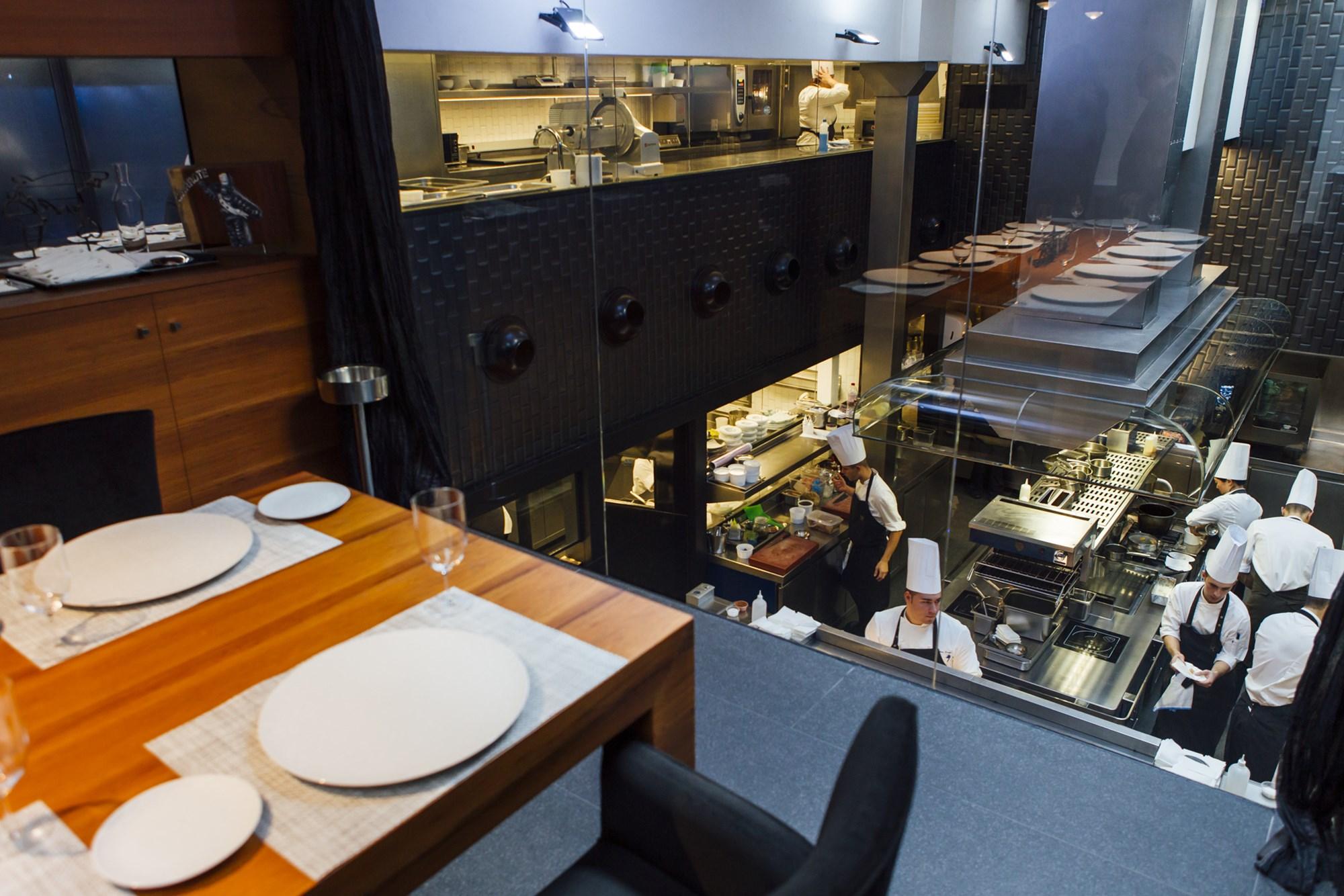 La mesa de la cocina, con una visión panorámica de todo lo que sucede durante el servicio gracias a la gran ventana indiscreta.