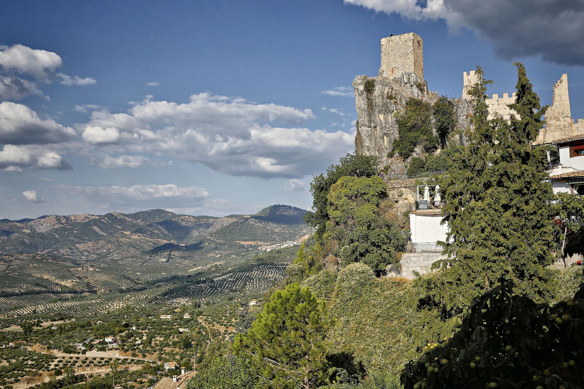 El castillo impone desde la peña sobre la que está construido.