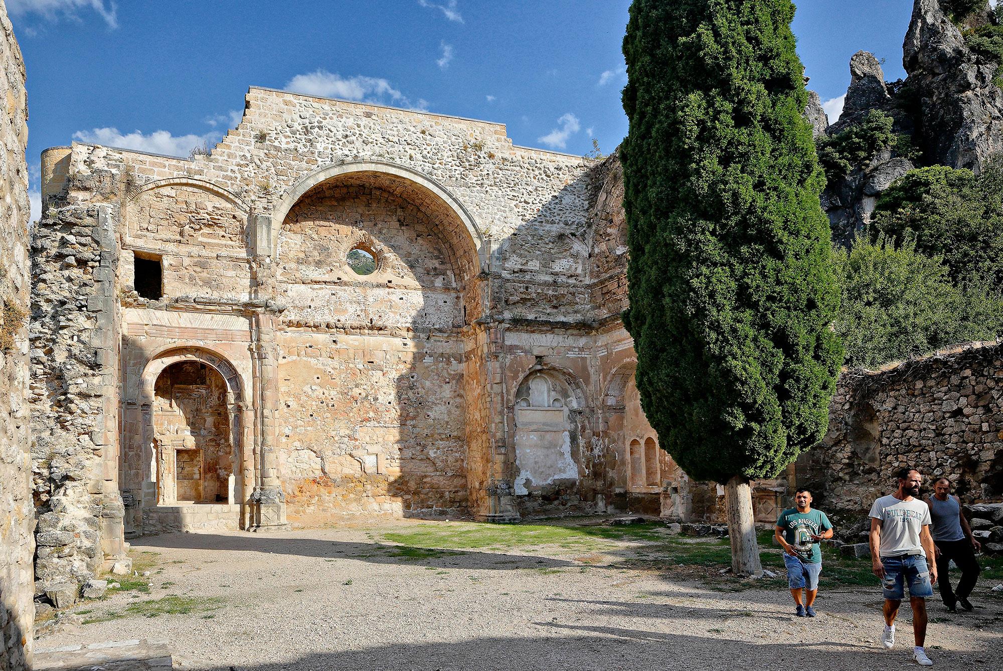 Además del castillo, se pueden visitar las ruinas de una antigua iglesia de estilo renacentista.