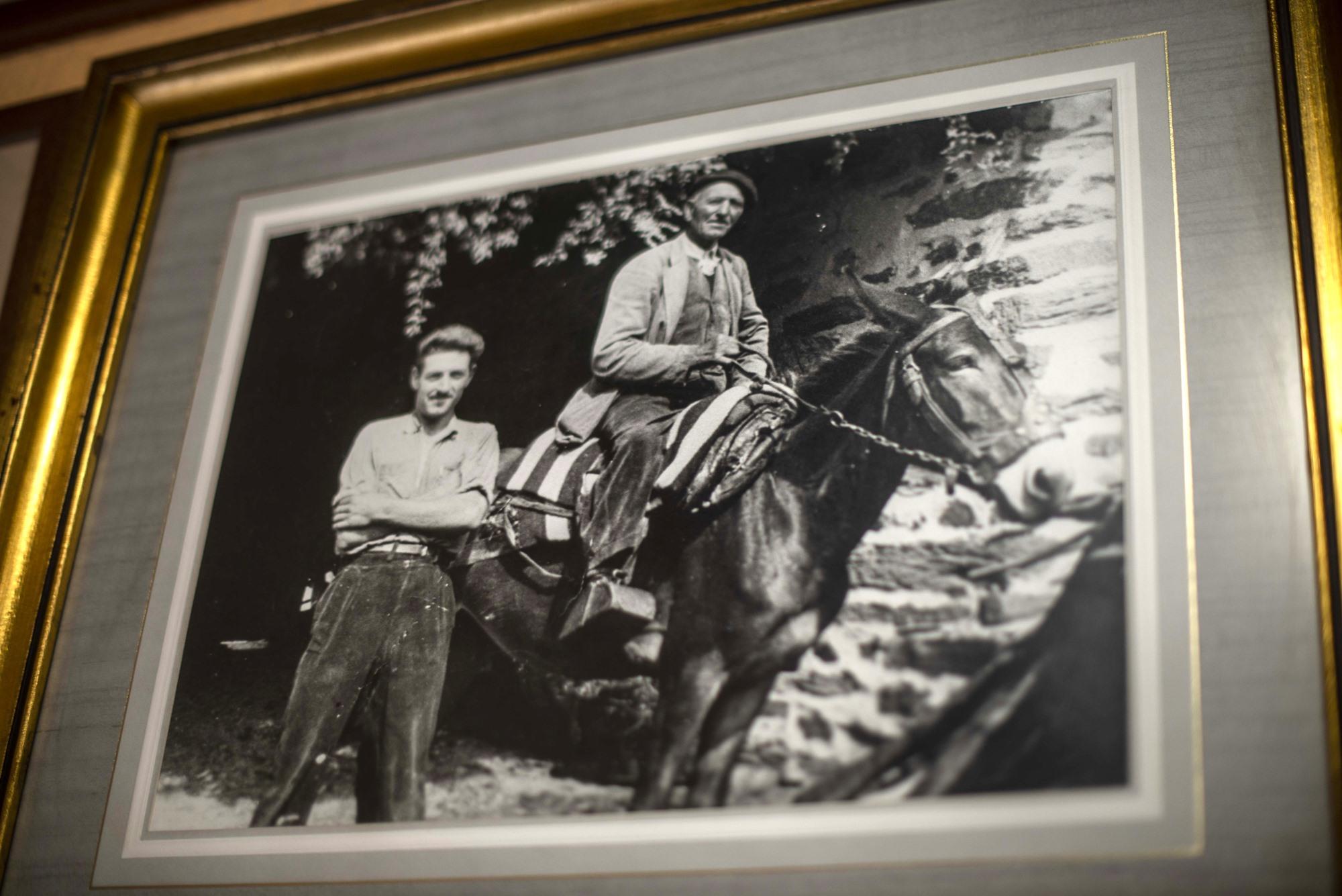 Antonio y su padre sobre uno de los grandes 'machos' de su reata.