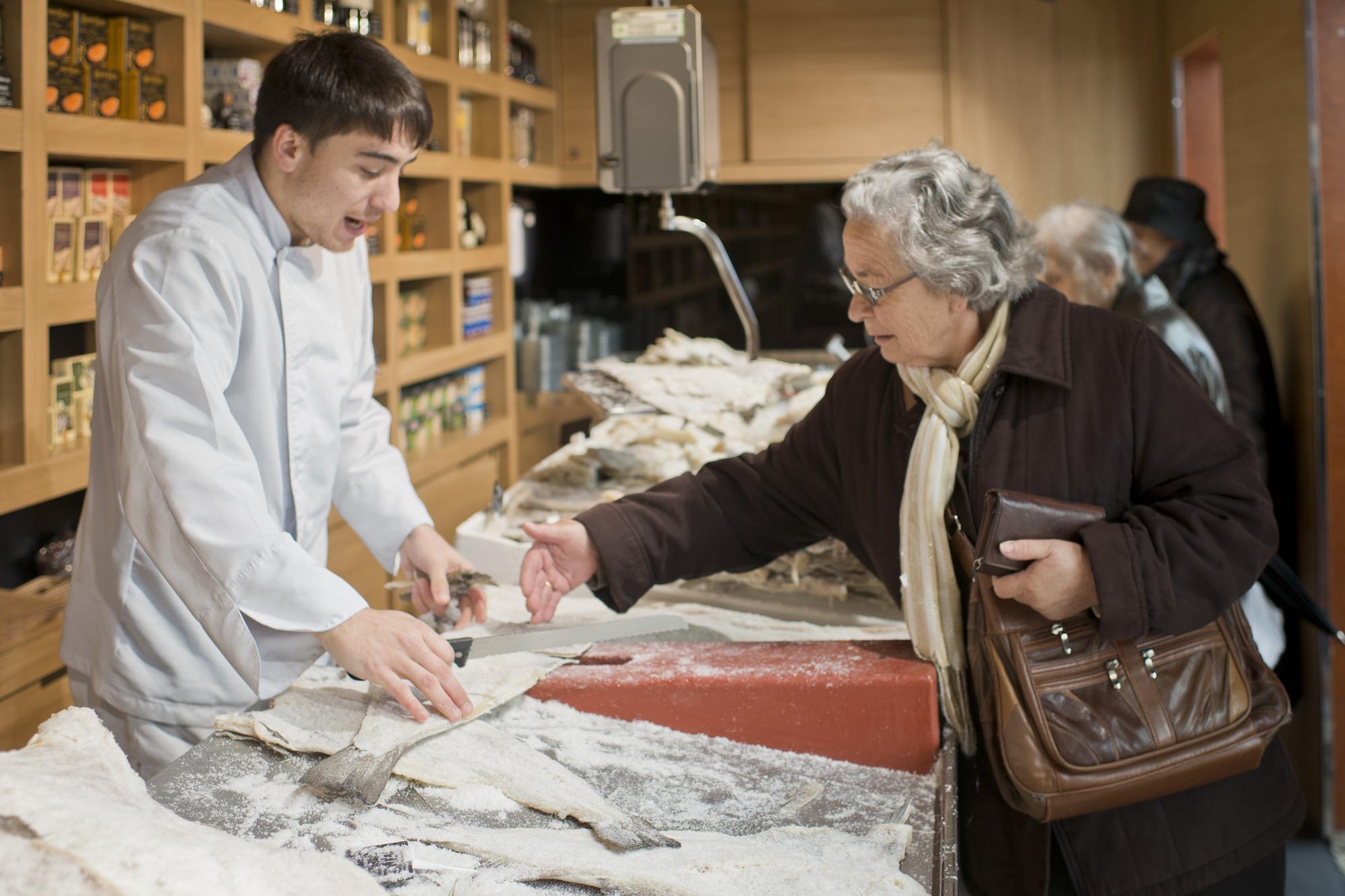 Una clienta señala cómo quiere el corte del bacalao.