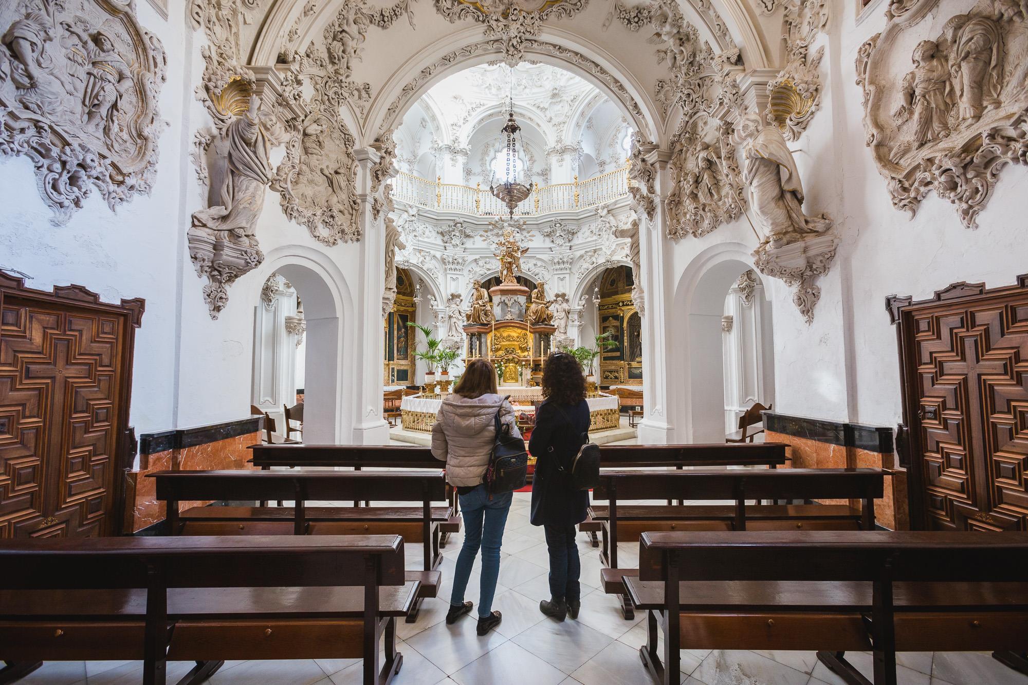 El interior de la Iglesia de Nuestra Señora de la Asunción sorprende, entre otras cosas, por su blancura y su sagrario.