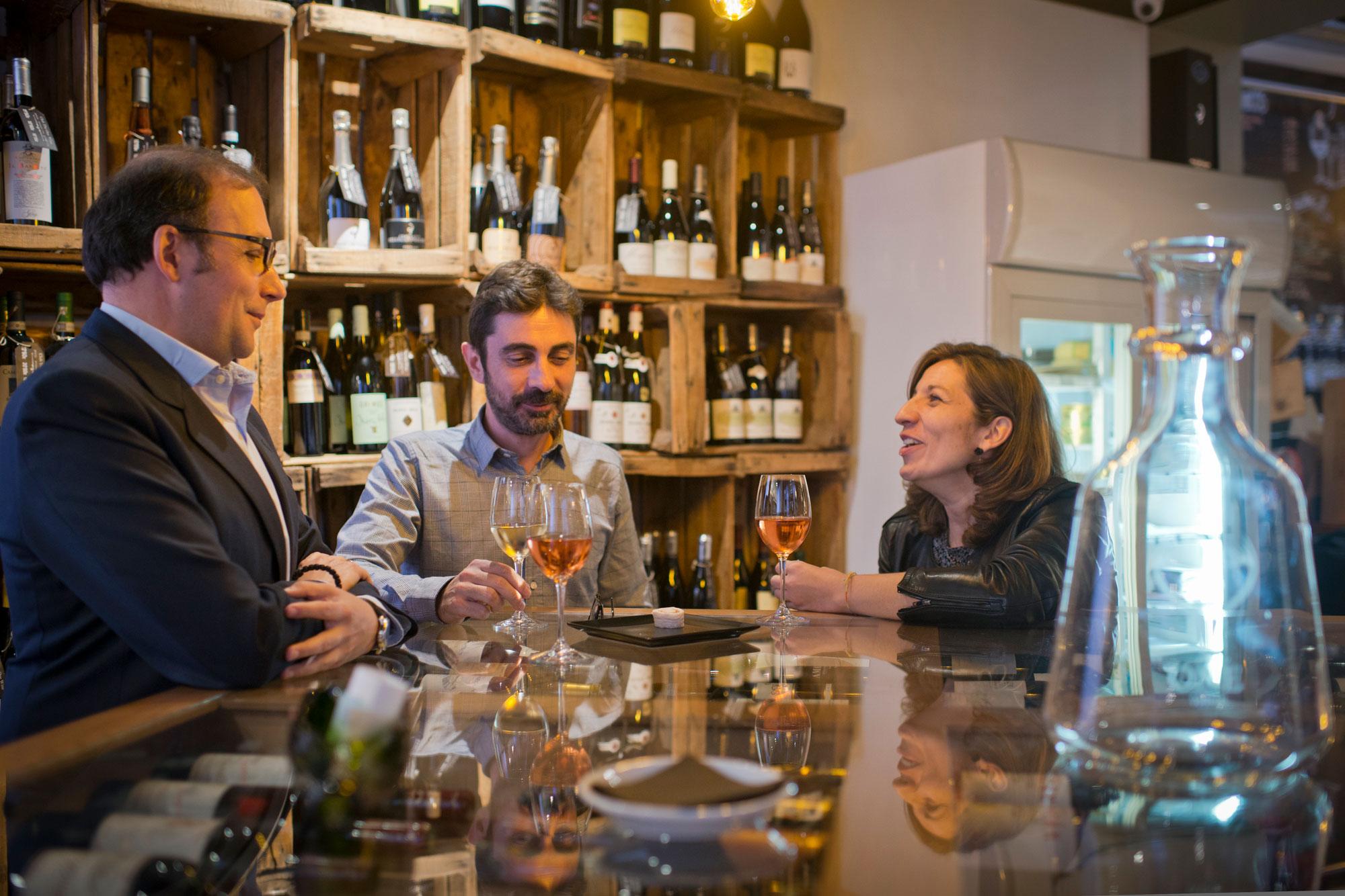 Nada como acabar la jornada laboral con colegas ante un buen vino.