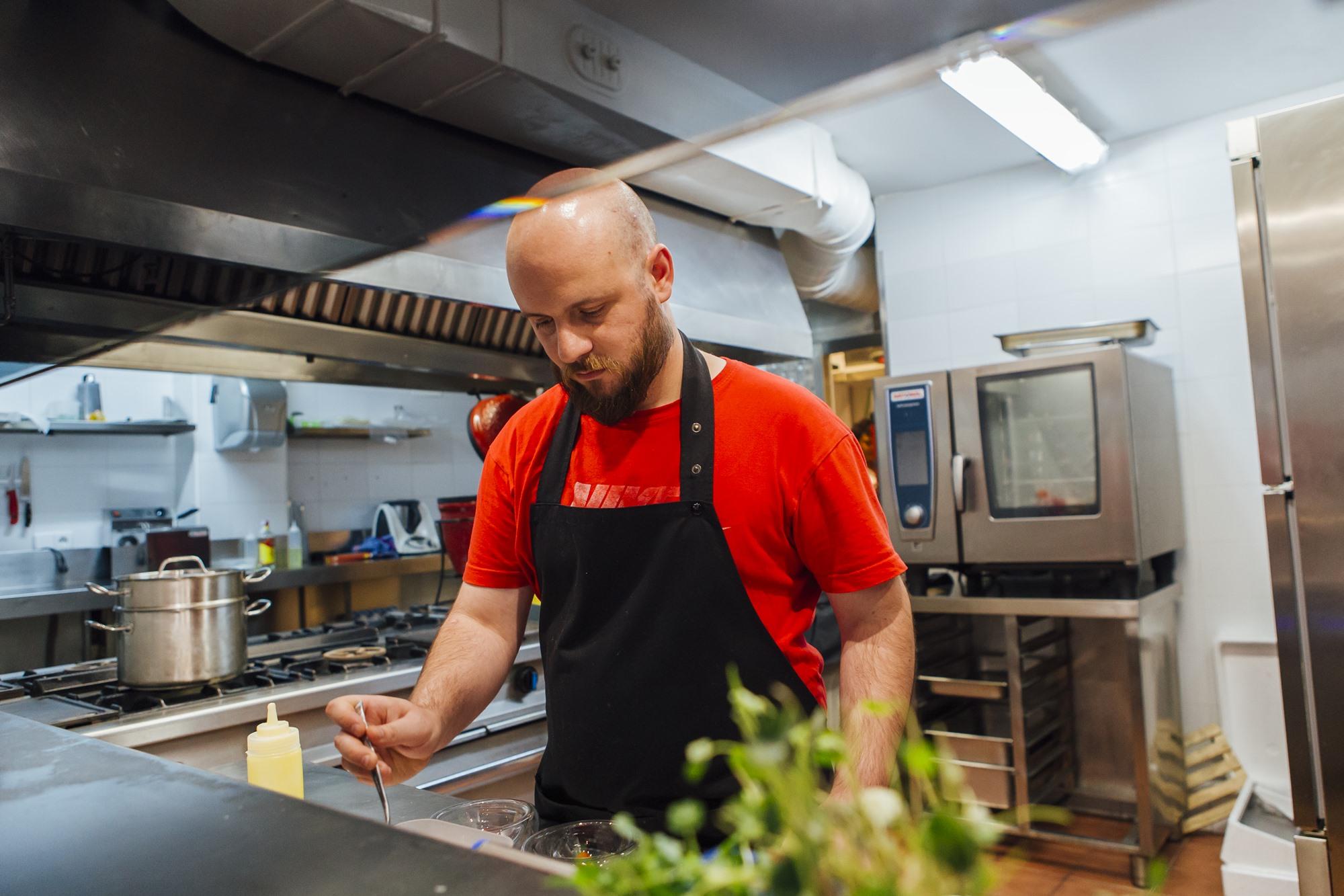 El chef Luis Ángel Pérez ensimismado en su cocina.