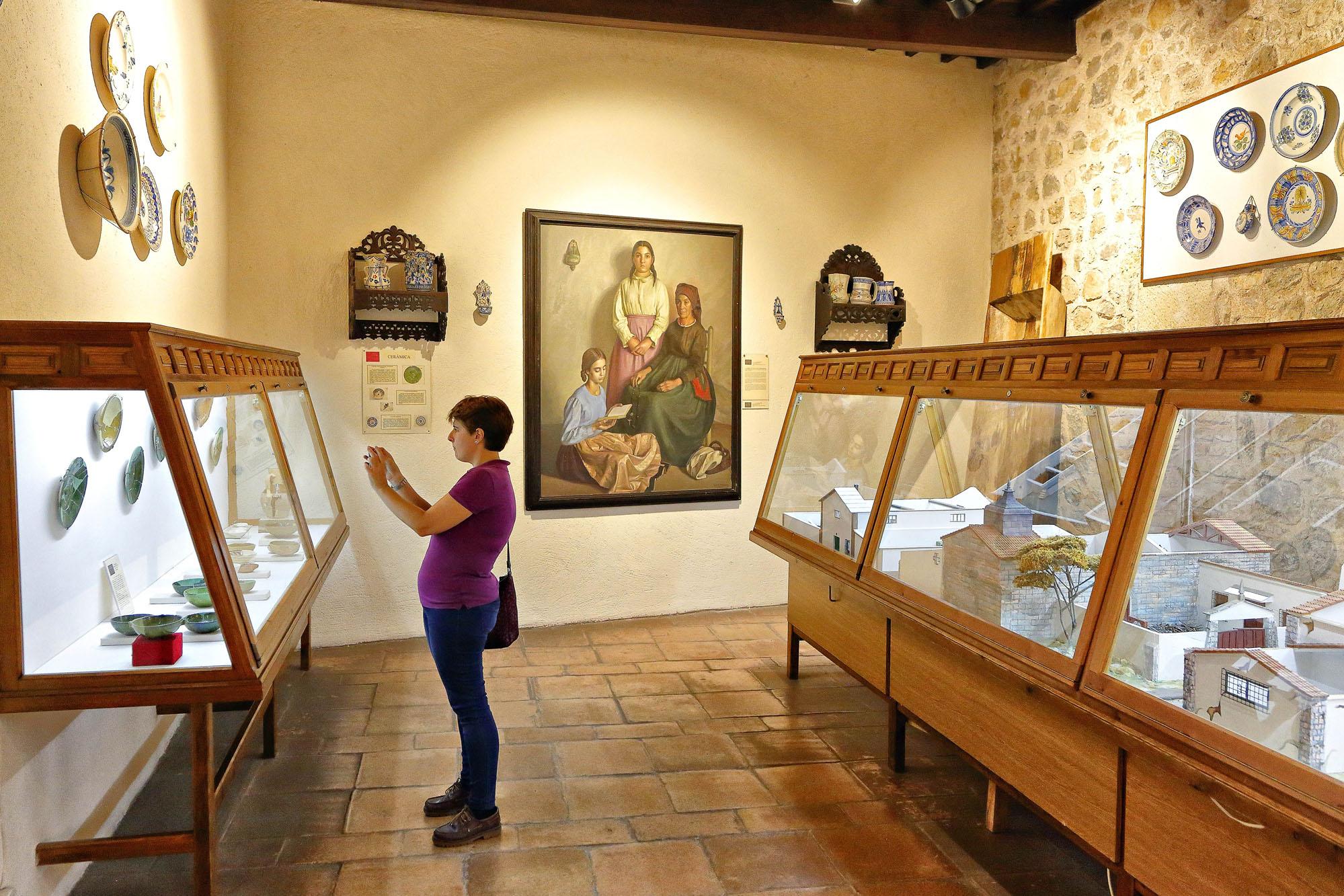 El castillo dedica varias salas a la sección de Artes y Costumbres populares.