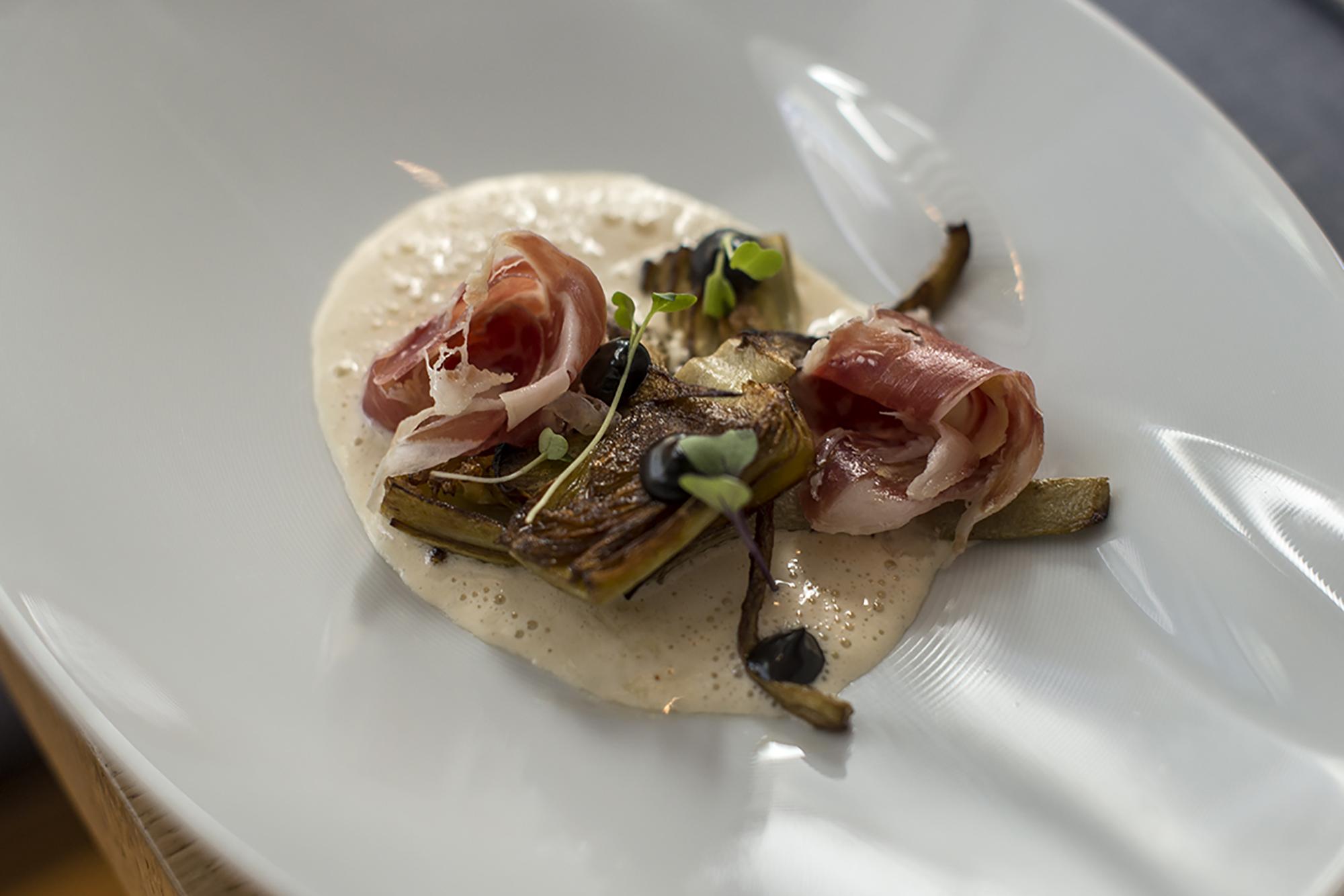 La alcachofa forma parte del logo del restaurante y siempre que están en temporada, sirven platos como este.