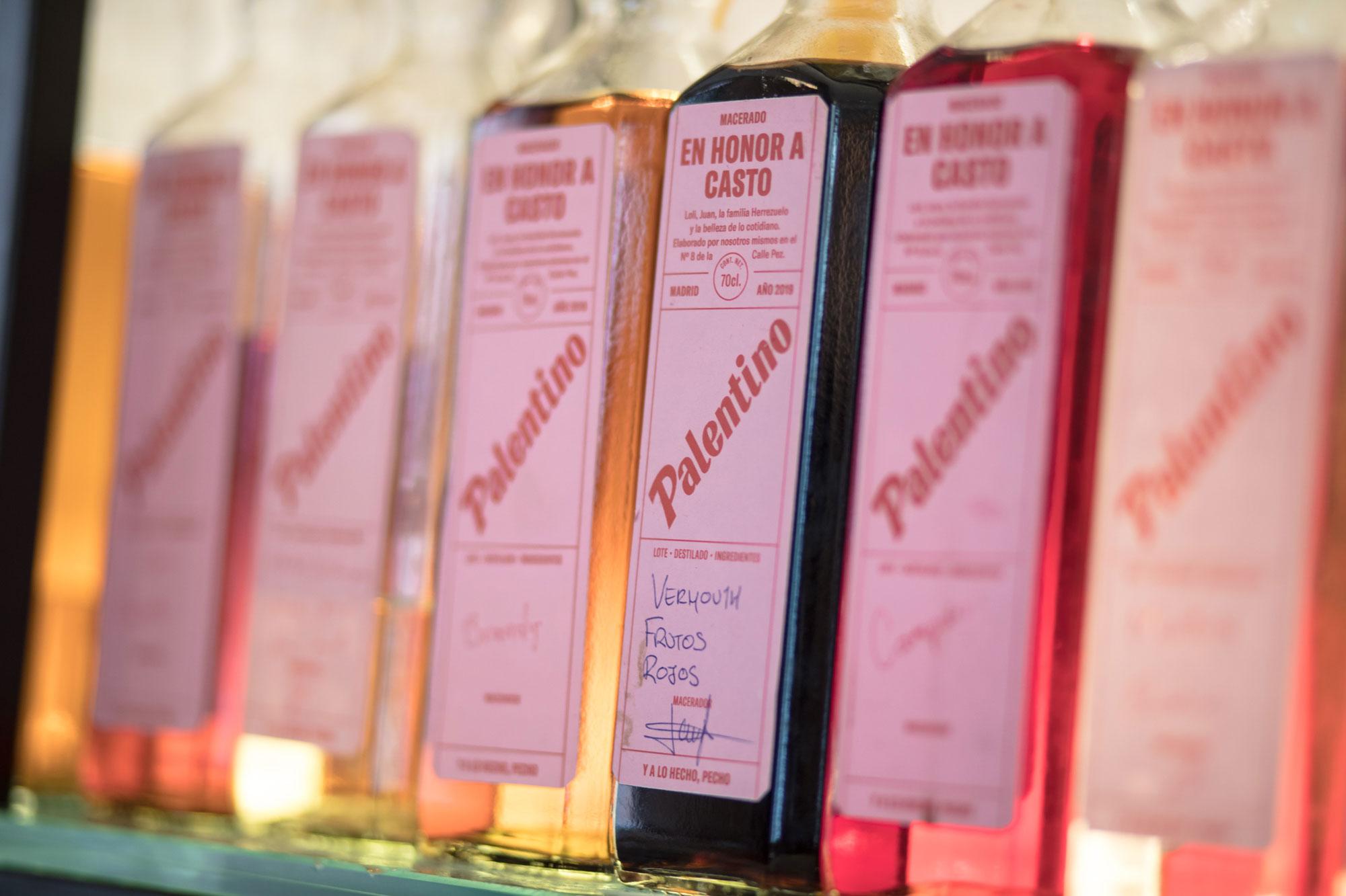 Destilados artesanales en la barra.