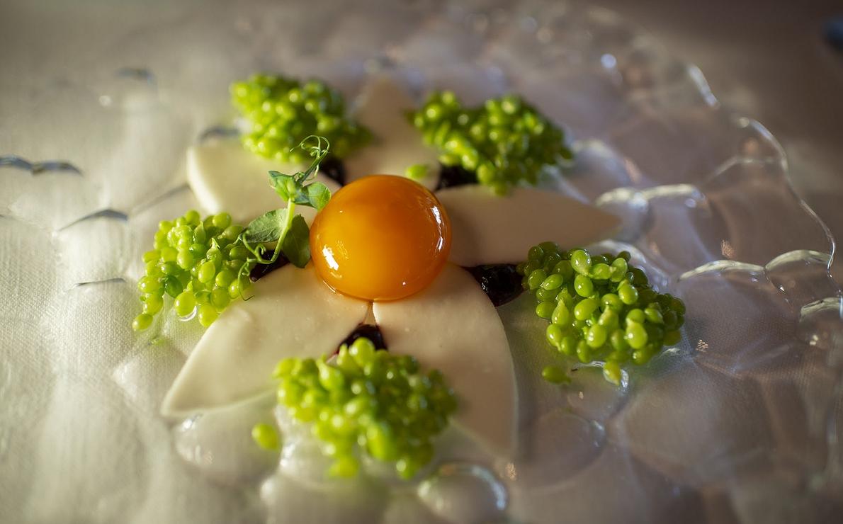 Flor compuesta por los primeros guisantes lágrima, huevo y remolacha, del restaurante 'Akelarre' (Donosti), 3 Soles Guía Repsol.