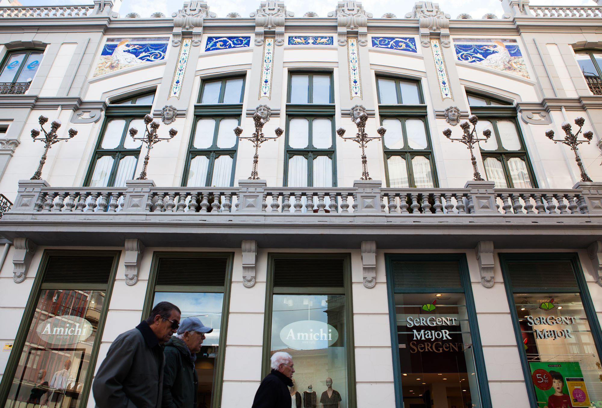 Las cerámicas azuladas y las farolas en los balcones del Casino, obra de arte del urbanismo.