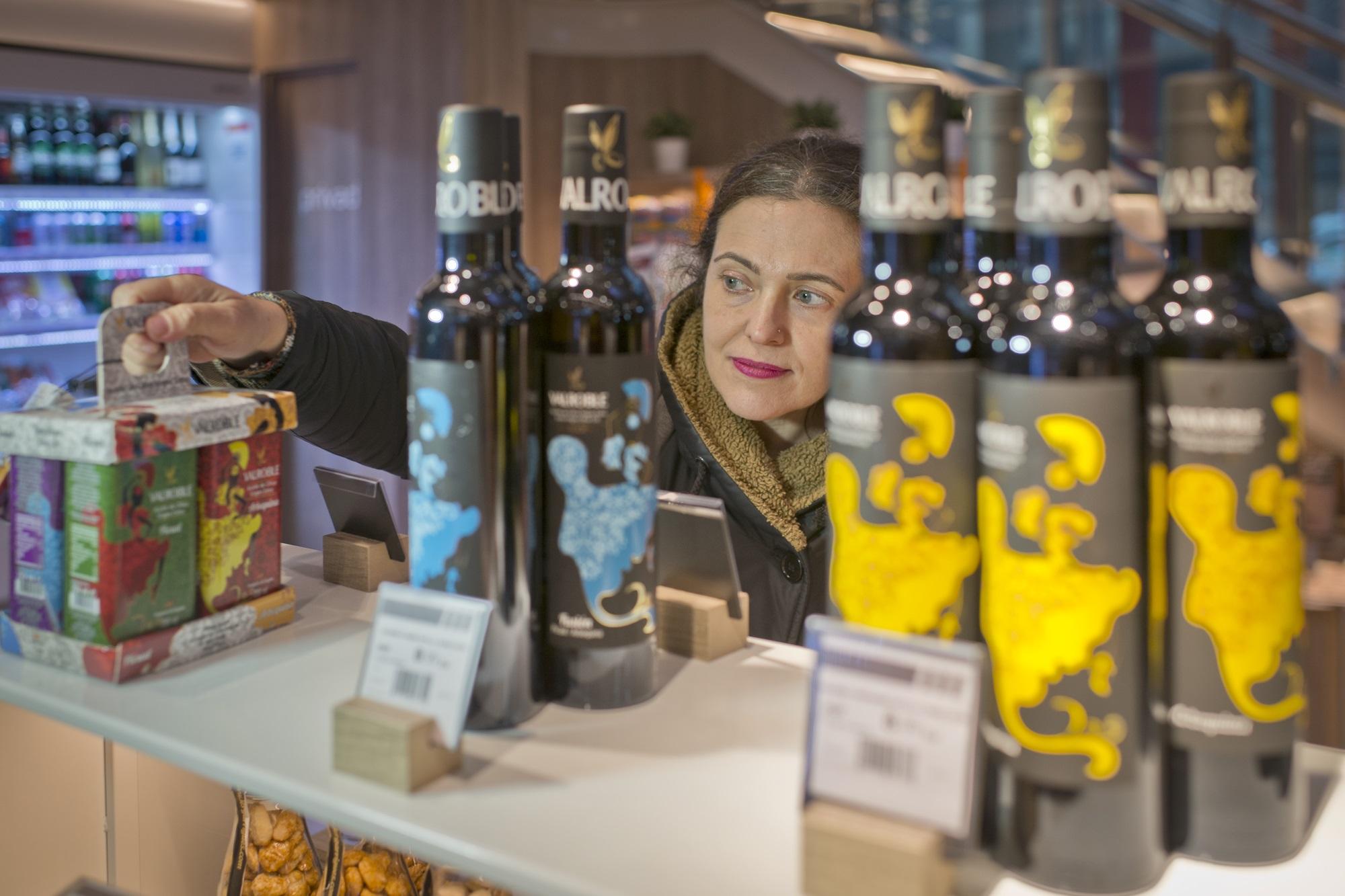 Una botella bonita de buen aceite de oliva, todo un acierto con el que quedarás genial.