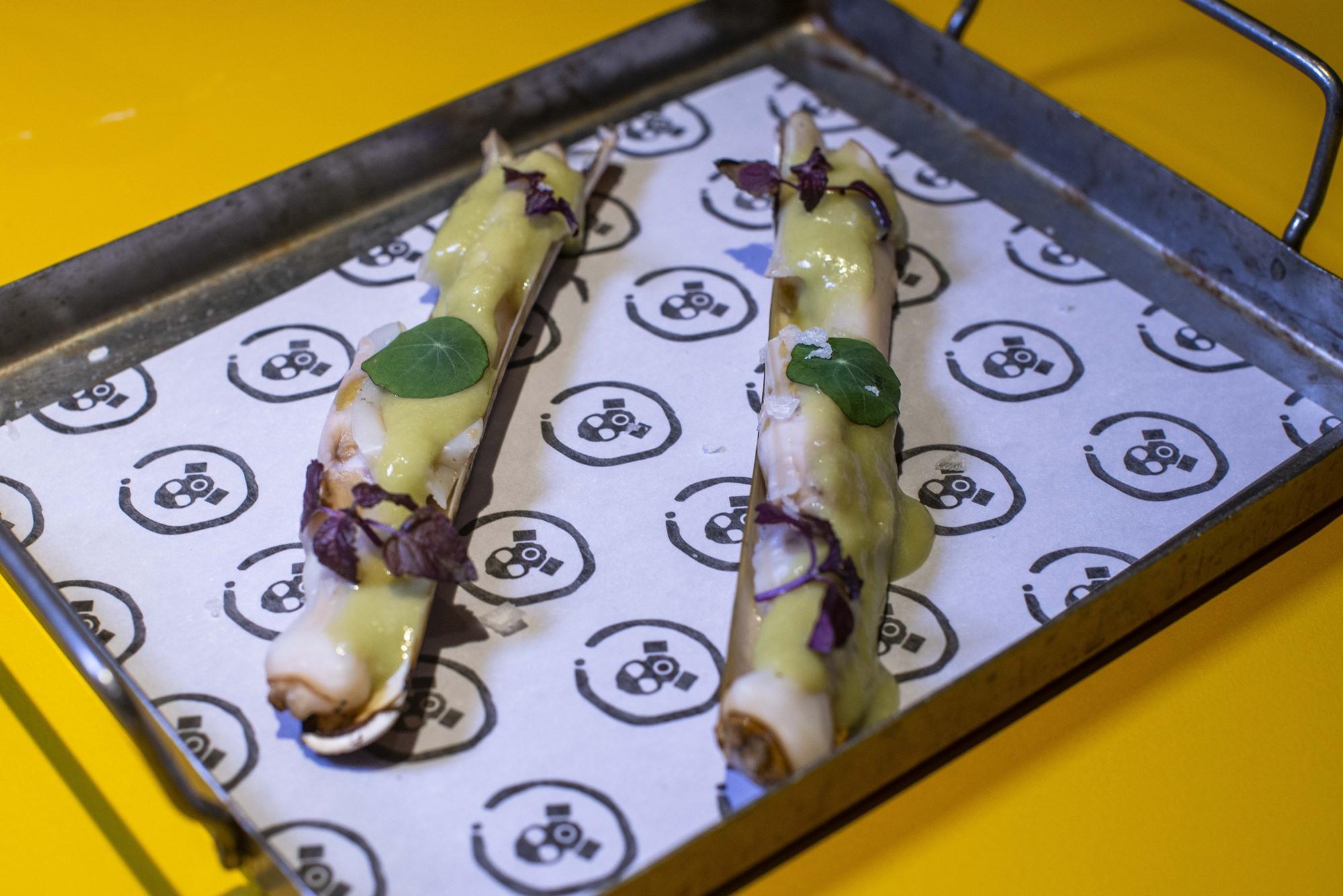 Elaboraciones siempre sobre producto gallego, como estas navajas a la brasa con wasabi.