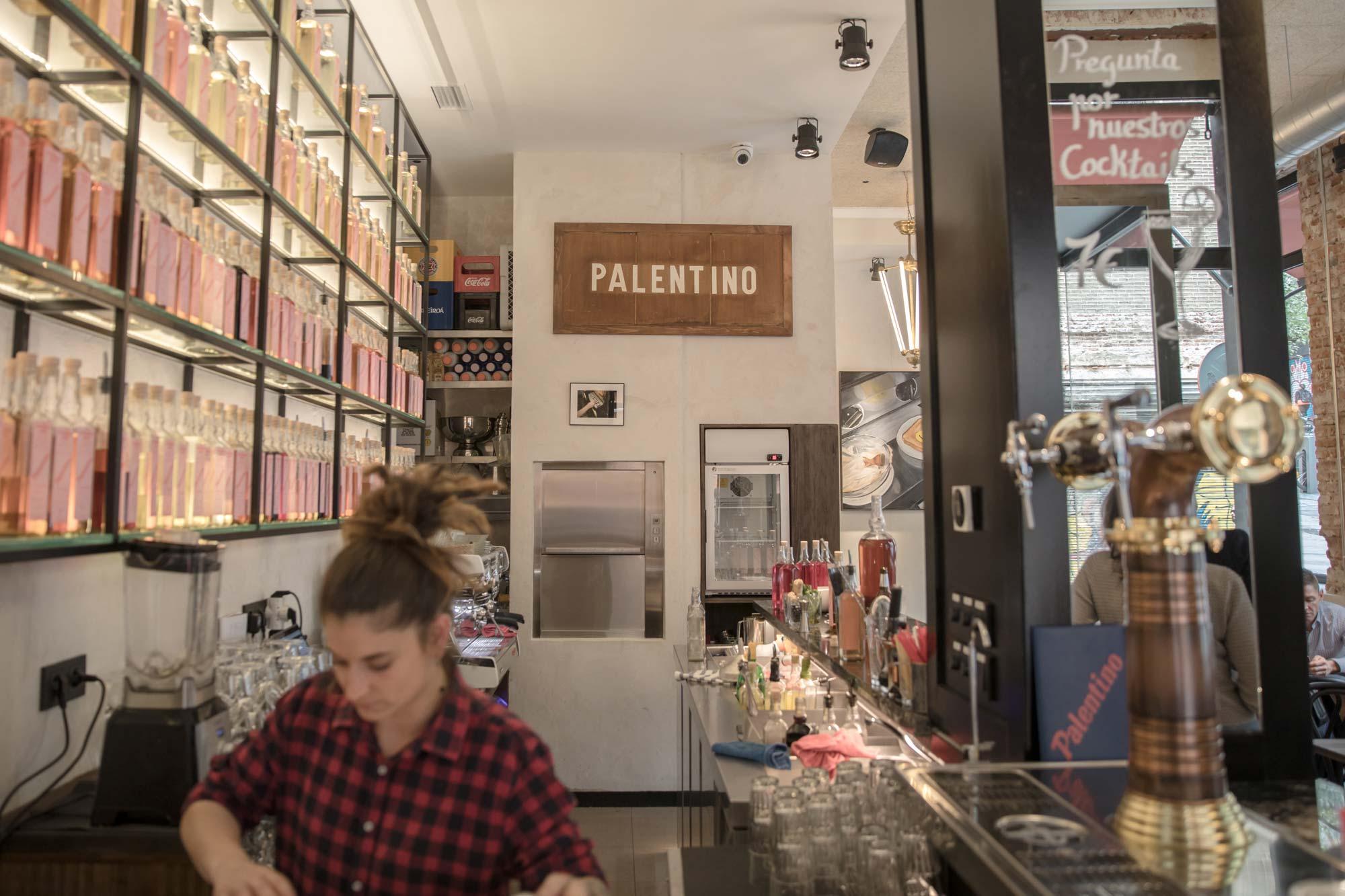 Camarera en el bar del 'Palentino'.