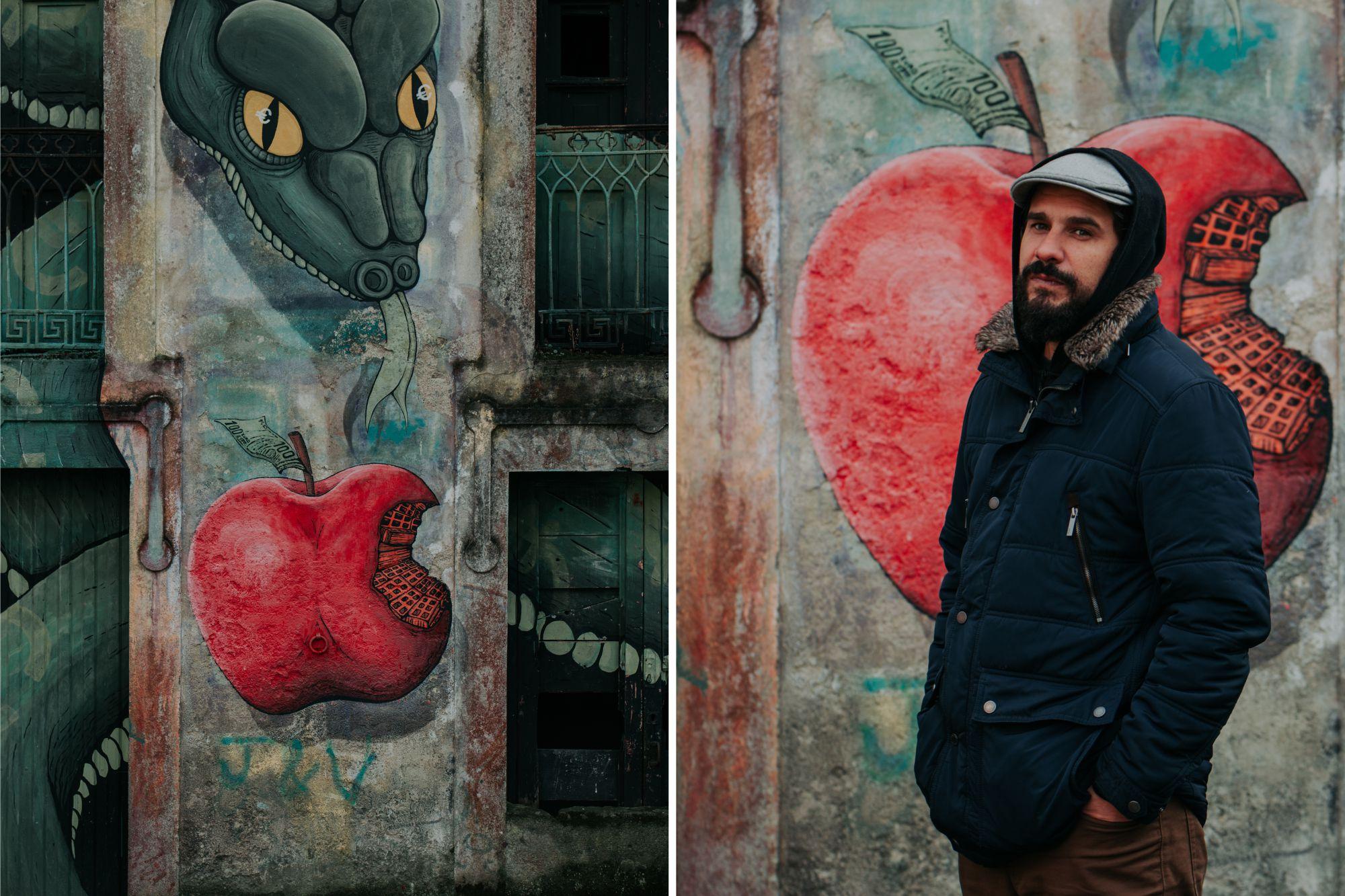 Street art en Ordes: Marcos Couso (Sokram) delante de una de sus obras titulada 'Pecado Orixinal'.