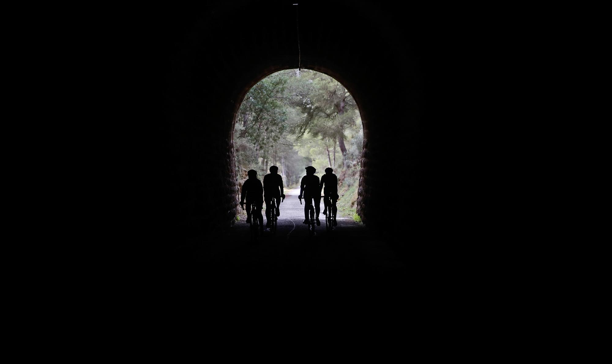 Cruzando a pedales los túneles donde no hace tanto pasaban a los trenes de transporte industrial.
