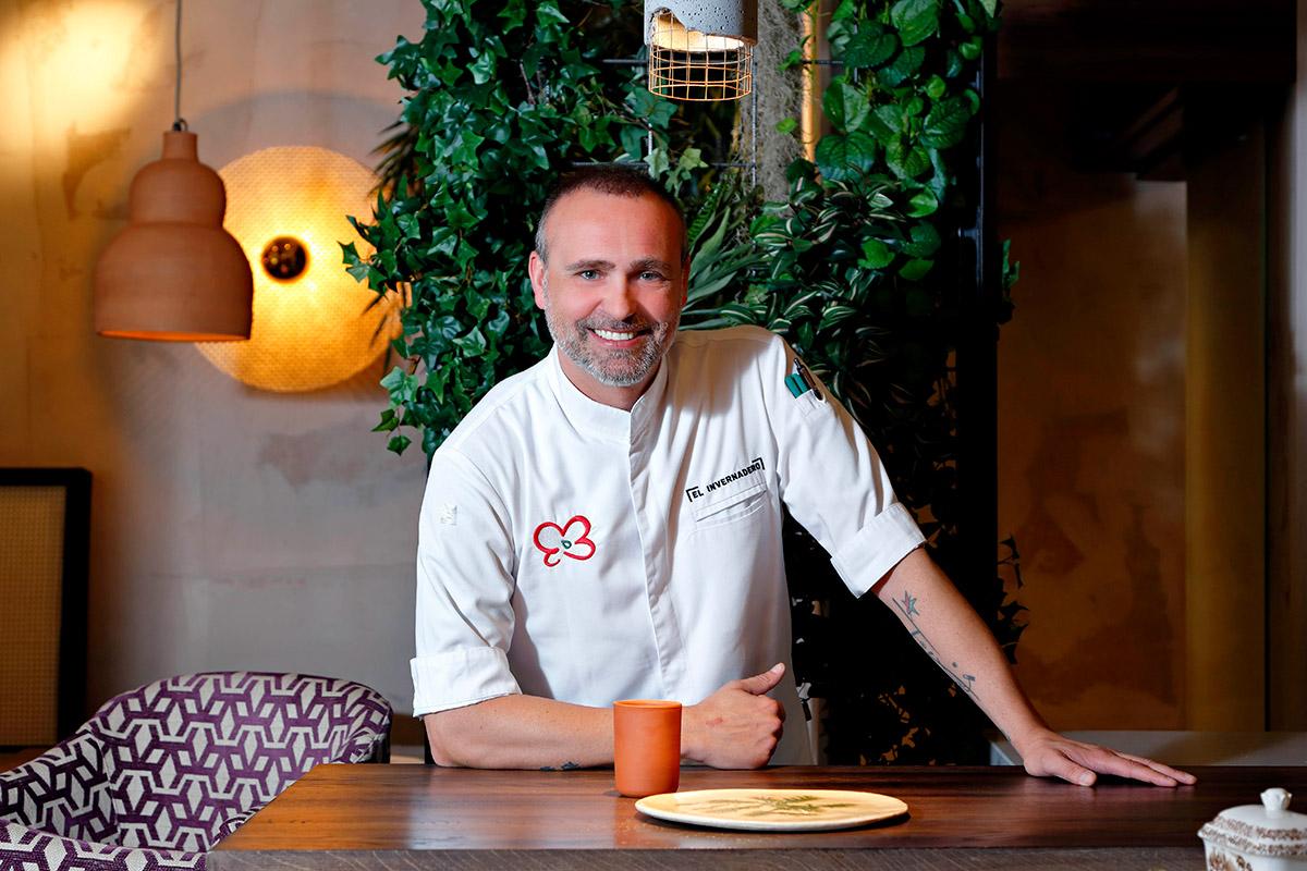 El chef madrileño sonriente en una de las mesas de su nuevo 'Invernadero'.