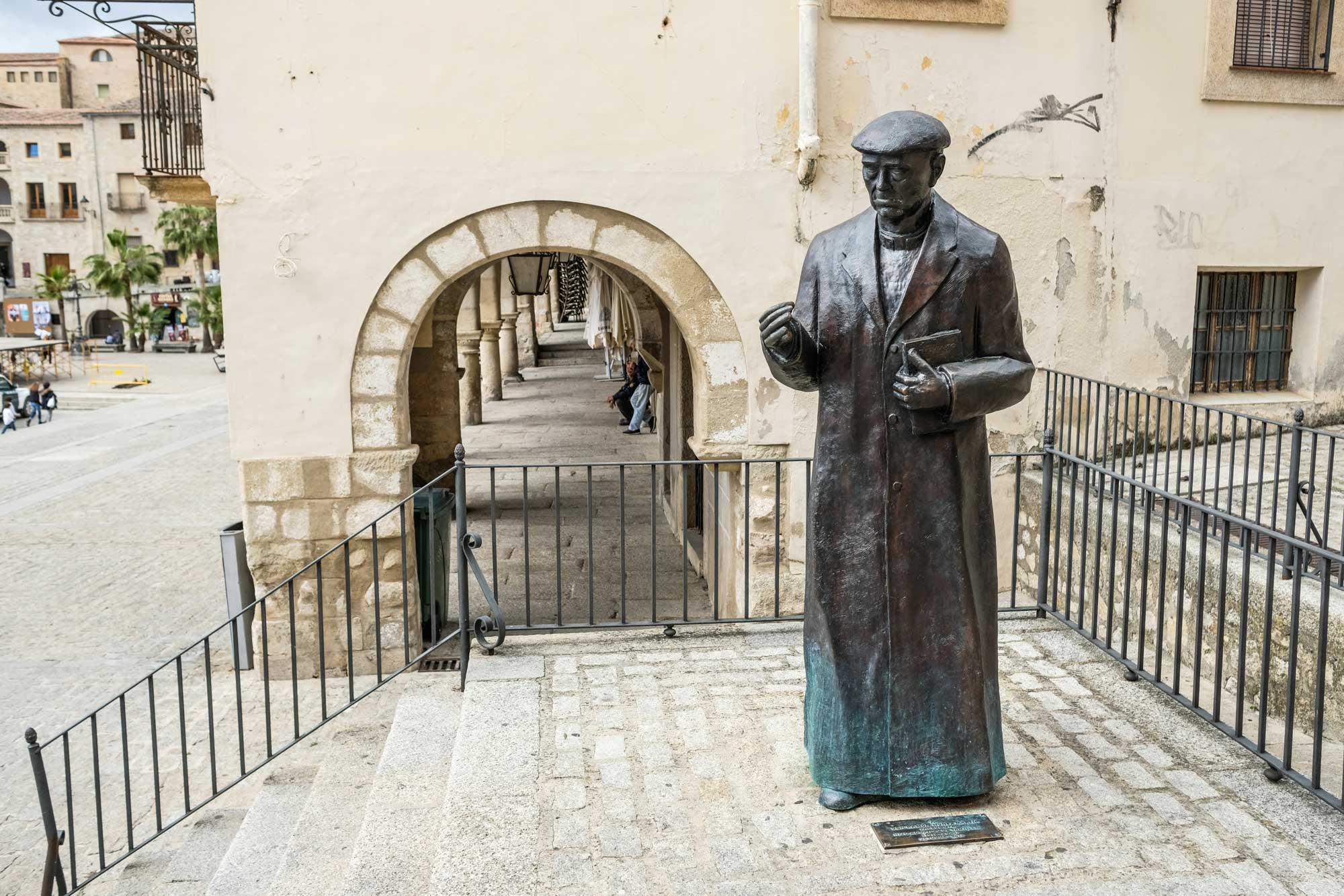 Escultura en la Plaza Mayor del párroco Ramón Núñez Martín.